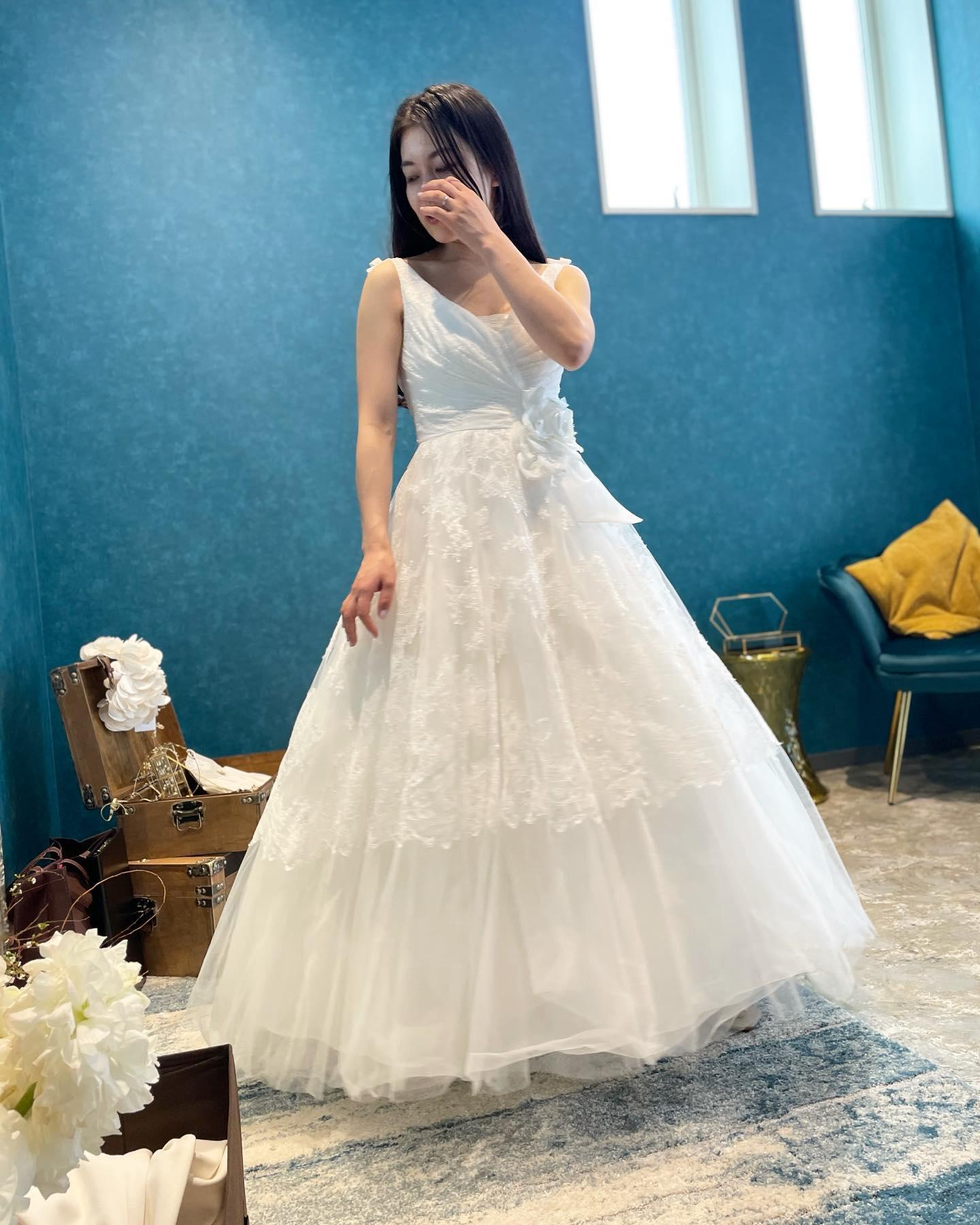 """・先週のお客様🕊・ミモレ丈のドレスをご試着・小柄で華奢なご新婦さま♀️ヒールの高さによってはミモレ丈にも通常のドレス丈にも・足元をチラッと見せる事ができるのでカラーパンプスで遊んでも可愛いですフォトウェディングにもオススメの一着・""""PROVDENCE""""購入価格¥180,000(税込)・#wedding #weddingdress #claras #paris #vowrenewal #aoyama#ウェディングドレス #プレ花嫁 #ドレス試着 #2021夏婚 #2021冬婚 #ヘアメイク #結婚式  #ドレス選び #前撮り #後撮り #フォトウェディング #ウェディングヘア  #フォト婚 #前撮り写真 #ブライダルフォト #カップルフォト #ウェディングドレス探し #ウェディングドレス試着 #レンタルドレス #ドレスショップ #家族婚 #バウリニューアル #記念日婚"""