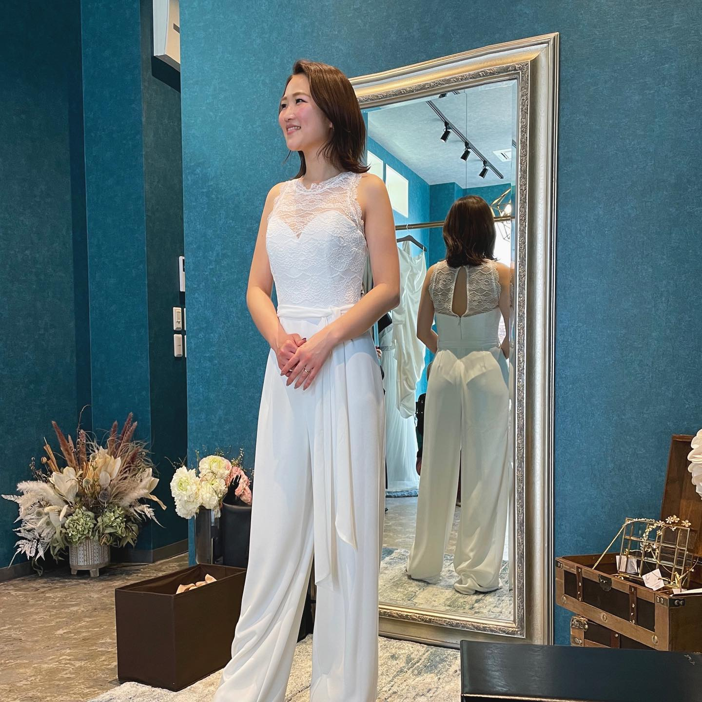 """・Clarasではパンツスタイルのドレスもご用意してます🤍・さらっと着こなすご新婦様…かっこいいです雰囲気もグッと変わりますよね・挙式ではオーバースカートを履いて清楚に🕊そしてパーティーシーンではパンツスタイルで颯爽と登場していただくのも素敵です・もちろんフォトウエディングにもオススメ皆様の「なりたい花嫁」教えて下さい♀️・""""SAMANTA""""¥140,000・#wedding #weddingdress #claras #paris #vowrenewal #aoyama #spur #spurwedding#ウェディングドレス #プレ花嫁 #ドレス試着 #2021夏婚 #2021冬婚 #ヘアメイク #結婚式  #ドレス選び #前撮り #後撮り #フォトウェディング #ウェディングヘア  #フォト婚 #前撮り写真 #ブライダルフォト #カップルフォト #ウェディングドレス探し #ウェディングドレス試着 #レンタルドレス #ドレスショップ #家族婚 #ゼクシィ"""