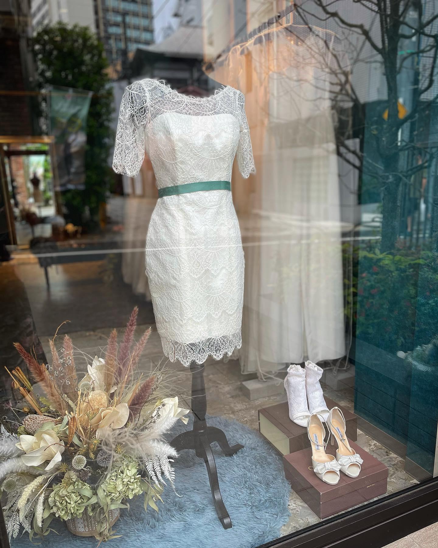 """・今日はショーウィンドウを#ミニドレス でコーディネート・Clarasのwedding shoesも一緒に・足元にもとことんこだわってもらいたいので1点物のセレクトシューズも取扱っています・ぜひ小物だけでも直接見にいらして下さい・mini dress""""FATALE""""¥140,000・#wedding #weddingdress #claras #paris #vowrenewal #aoyama #spur #spurwedding #tiffany#ウェディングドレス #プレ花嫁 #ドレス試着 #2021夏婚 #2021冬婚 #ヘアメイク #結婚式  #ドレス選び #前撮り #後撮り #フォトウェディング #ウェディングヘア  #フォト婚 #前撮り写真 #ブライダルフォト #カップルフォト #ウェディングドレス探し #ウェディングドレス試着 #レンタルドレス #ドレスショップ"""