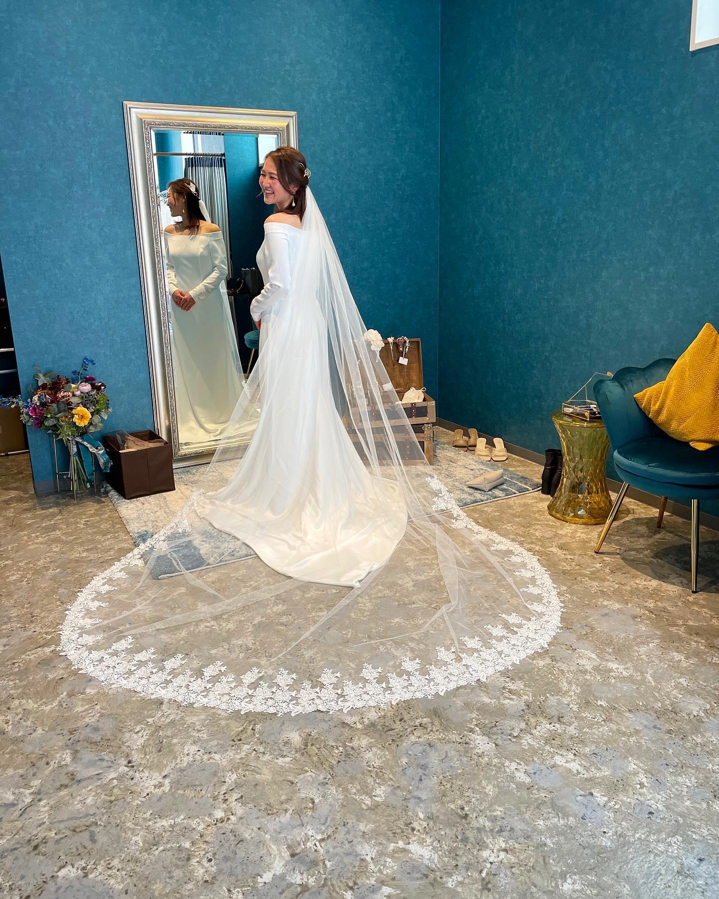 """・ドレスが決まったら次は小物合わせ🕊・少しずつ足し算しながら""""その方らしさ""""を引き出していきます気持ちが高揚する瞬間を一緒に楽しめる幸せな時間・""""もっとドレス選びを自由に!楽しく!""""・いつも楽しい時間をありがとうございますspecial thanks@dress.stylist.yuko ・#wedding #weddingdress #claras #paris #vowrenewal #aoyama #spur #spurwedding #ellemariage #vogue#ウェディングドレス #プレ花嫁 #ドレス試着 #ヘアメイク #結婚式  #ドレス選び #前撮り #後撮り #フォトウェディング #ウェディングヘア  #ゼクシィ #フォト婚 #前撮り写真 #ブライダルフォト #ウェディングドレス探し #ウェディングドレス試着 #レンタルドレス #ドレスショップ  #ドレス迷子"""