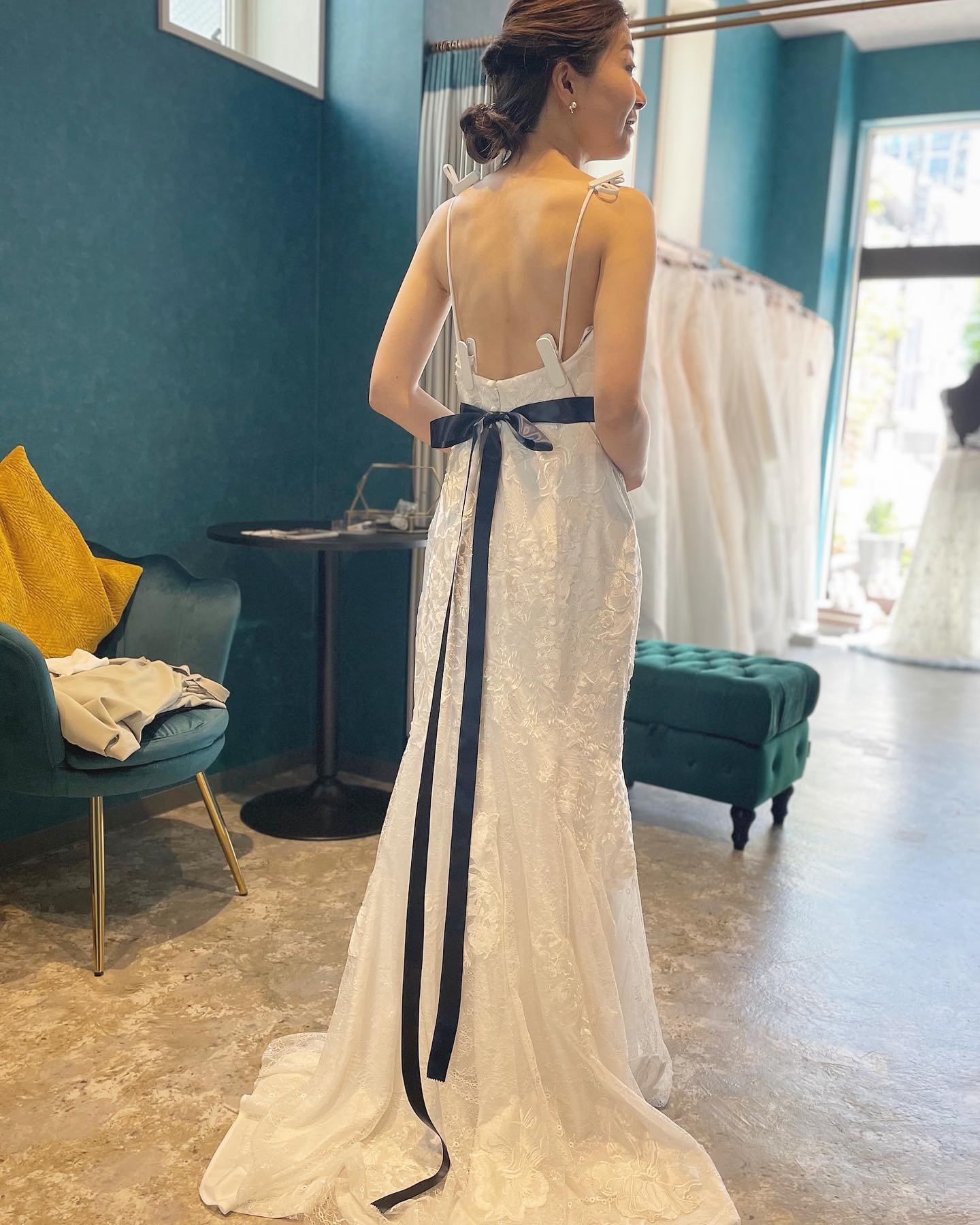 """・先日のご試着のお客様・背中が大きく開いているのに上品なフラワーモチーフの刺繍が清らかなブライズスタイルを演出🕊とっても希少デザインのドレスです・さらにボレロアレンジで肌の透け感が品良くクラシカルな演出も・Clarasにはアレンジアイテムが沢山あるので一着のドレスをとことん楽しみましょう・""""dress08-4066""""購入価格¥260,000""""bolero EG19""""購入価格¥13,000・#wedding #weddingdress #instagood #instalike #claras #paris #vowrenewal#ウェディングドレス #プレ花嫁 #ドレス試着 #ドレス迷子#2021冬婚 #ヘアメイク #結婚式  #ドレス選び #前撮り #インポートドレス #フォトウェディング #ウェディングヘア  #フォト婚 #ニューノーマル #ブライダルフォト #カップルフォト #ウェディングドレス探し #ウェディングドレス試着 #セルドレス #ドレスショップ #バウリニューアル #ボレロ付きドレス #試着レポ"""