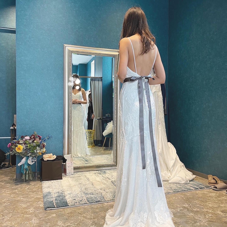・Clarasには背中の開きが美しいドレスが揃っています・ウェディングドレスは意外とバックスタイルも重要なのです️挙式時では特にゲストから多く見られるのは後ろ姿・ご自身のスタイルにピッタリのドレスをご提案させていただきます・#wedding #weddingdress #instagood #instalike #claras #paris #vowrenewal#ウェディングドレス #プレ花嫁 #ドレス試着 #ドレス迷子#2021冬婚 #ヘアメイク #結婚式  #ドレス選び #前撮り #インポートドレス #フォトウェディング #ウェディングヘア  #フォト婚 #ニューノーマル #ブライダルフォト #カップルフォト #ウェディングドレス探し #ウェディングドレス試着 #セルドレス #ドレスショップ #バウリニューアル #コラボイベント #試着レポ