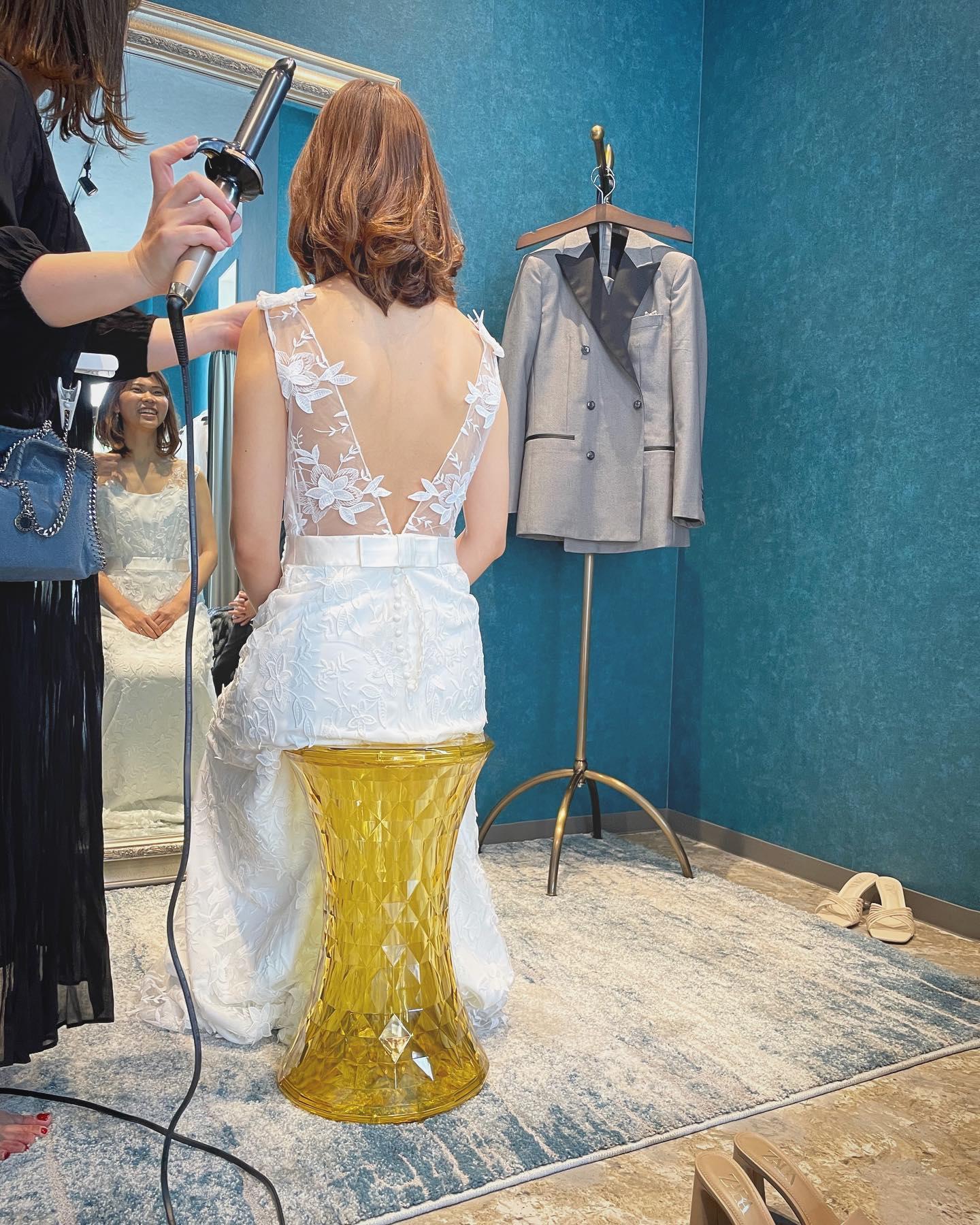 ・今日は先日のイベントの内容をご紹介人気のフォトウエディング会社「ONESTYLE」@とClarasの初のコラボイベントでした🕊・試着&撮影会📸という事で数着お好きなドレスをご試着いただき一番お気に入りのドレスでプロのカメラマンに撮影していただくという内容でした♀️🤵♂️・とっても好評のイベントでしたのでぜひまた企画したいと思います次回開催もお見逃しなく・#wedding #weddingdress #instagood #instalike #claras #paris #vowrenewal#ウェディングドレス #プレ花嫁 #ドレス試着 #ドレス迷子#2021冬婚 #ヘアメイク #結婚式  #ドレス選び #前撮り #インポートドレス #フォトウェディング #ウェディングヘア  #フォト婚 #ニューノーマル #ブライダルフォト #カップルフォト #ウェディングドレス探し #ウェディングドレス試着 #セルドレス #ドレスショップ #バウリニューアル #コラボイベント #試着レポ