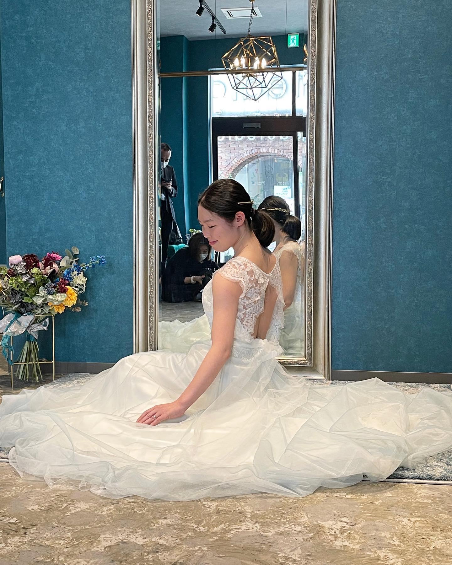 ・今日は先日のイベントの撮影の様子をご紹介人気のフォトウエディング会社「ONESTYLE」 @onestylewedding Clarasの初のコラボイベントでした🕊・可愛らしい雰囲気のご新婦様にピッタリのドレスふんわりとした優しい素材感も更に引き立ちますねスカートにはうっすらとブルーのチュールが・最近はカラードレスではなく白ドレスでお色直しする方も増えています花嫁しか着れないウェディングドレスを心ゆくまで楽しんでほしいです♀️・#wedding #weddingdress #instagood #instalike #claras #paris #vowrenewal#ウェディングドレス #プレ花嫁 #ドレス試着 #ドレス迷子#2021冬婚 #ヘアメイク #結婚式  #ドレス選び #前撮り #インポートドレス #フォトウェディング #ウェディングヘア  #フォト婚 #ニューノーマル #ブライダルフォト #カップルフォト #ウェディングドレス探し #ウェディングドレス試着 #セルドレス #ドレスショップ #バウリニューアル #コラボイベント #試着レポ