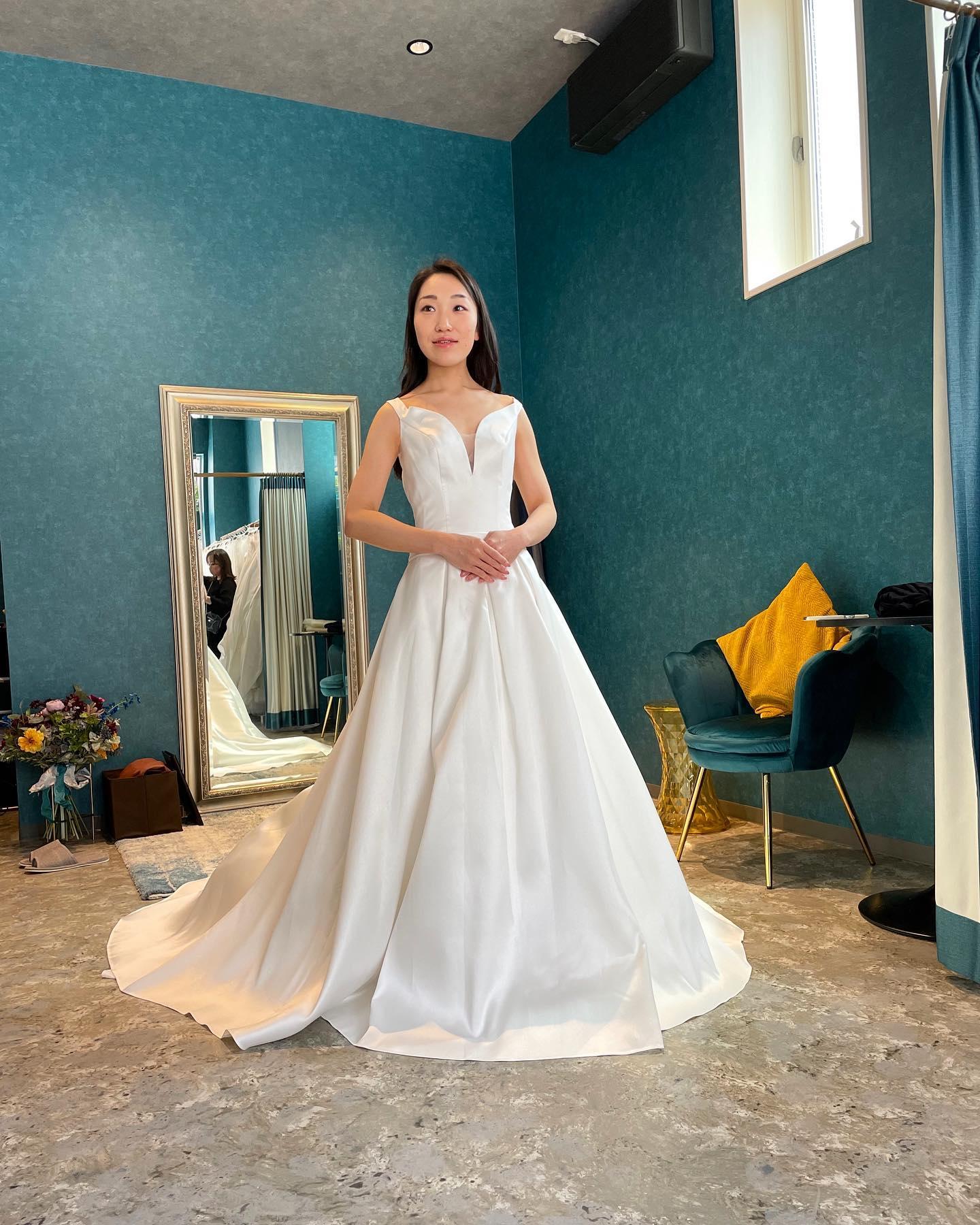 """・ミカドシルクの光沢が本当に美しい気品溢れるクラシックさが特徴の一着・フロントの深く開いたVカットが、上半身をスッキリと魅せてくれます大人のクラス感高まるドレスはホテルウェディングにもオススメです・""""ISPAHAN""""購入価格:¥360,000・#wedding #weddingdress #instagood #instalike #claras #paris #vowrenewal#ウェディングドレス #プレ花嫁 #ドレス試着 #ドレス迷子#2021冬婚 #ヘアメイク #結婚式  #ドレス選び #前撮り #インポートドレス #フォトウェディング #ウェディングヘア  #フォト婚 #ニューノーマル #ブライダルフォト #カップルフォト #ウェディングドレス探し #ウェディングドレス試着 #セルドレス #ドレスショップ #バウリニューアル #ホテルウェディング"""