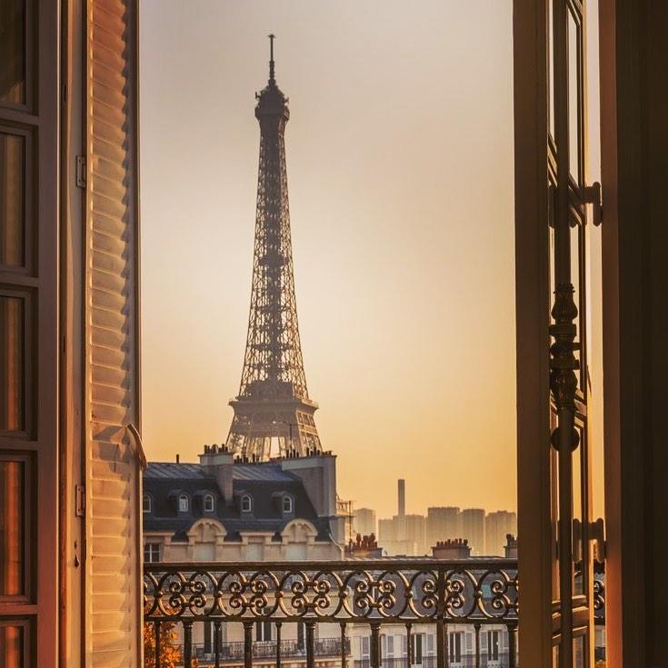 """🕊Parisから直輸入🕊結婚という大切なステージ🤍何もしがらみなく自分だけの1着をセレクトして欲しい・本当のドレス選びの楽しさを感じて欲しい・インポートドレスを適正価格でお届けするのがClaras・レンタルでは叶わない繊細で上質な素材も、ジャストサイズだから再現できるデザイン美も・Parisに関連会社があるからこそ直輸入での適正価格が叶う・Clarasは1組ずつ貸切でご案内寛ぎながら本当にその方に合った1着へと導きます自分だけのための1着を選びに来てください🤍結婚式やフォトなど迷ってる方でもまずはClarasへ🕊・長年様々なウエディングに携わってきたClarasスタッフより、細かなカウンセリングを行い的確ななご提案をさせていただきますご予約はDMからでも承れます・New Normal Wedding Salon""""Claras""""https://claras.jp/・about """"Claras""""…(ラテン語で、明るい·輝く)As(明日· 未来, フランス語て最高、一番) ・明るく輝く明日(未来) に貢献したいという想いを込めています🕊Fashionの都Parisをはじめ、欧米から選りすぐりのドレスをこれから出逢う花嫁のために取揃えました・2021.3.7 (Sun)NEW OPEN・Dressから始まるWedding Story""""憧れていた Dress選びから始まる結婚準備があったっていい""""・さまざまな新しい「価値」を創造し発信していきますこれからの新しい Wedding の常識を""""Claras """"から🕊・New Normal Wedding Salon【Claras】〒107-0061 東京都港区北青山2-9-14SISTER Bldg 1F(101) 東京メトロ銀座線 外苑前駅3番出ロより徒歩2分Tel:03 6910 5163HP: https://claras.jp営業時間:平日 12:00-18:00 土日祝11:00-18:00(定休日:月・火)・#wedding #weddingdress #instagood #instalike #claras #paris #ウェディングドレス #プレ花嫁 #ドレス試着 #ドレス迷子 #2021夏婚 #2021冬婚 #ヘアメイク #結婚式  #ドレス選び #前撮り #インポートドレス #フォトウェディング #ウェディングヘア  #フォト婚 #ニューノーマル #ブライダルフォト #カップルフォト #ウェディングドレス探し #ウェディングドレス試着 #セルドレス #ドレスショップ #バウリニューアル #運命のドレス #オンリーワン"""