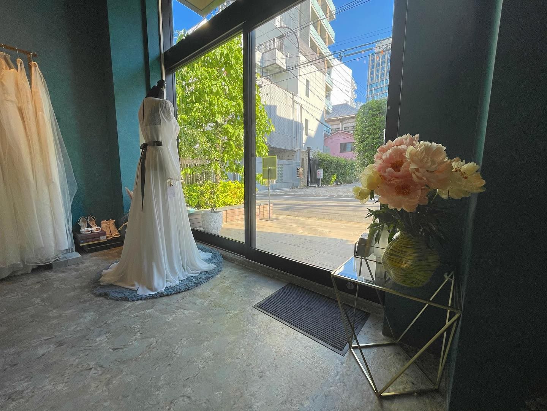 ・とてもお天気が良く気持ちのいい日曜日皆様いかがお過ごしでしょうか?・Clarasは一組様限定の貸切にてご試着をご案内しておりますので安心してゆっくりとドレス選びをお楽しみいただけます🕊・ご予約はHPのお問い合わせフォームやインスタのDMからも承っておりますお気軽にお問い合わせ下さいませ・#wedding #weddingdress #claras #ウェディングドレス #プレ花嫁 #ドレス試着#ドレス迷子#2021夏婚 #2021冬婚 #ヘアメイク #結婚式  #ドレス選び #前撮り #後撮り #フォトウェディング #ウェディングヘア  #フォト婚 #ブライダルフォト #カップルフォト #ウェディングドレス探し #ウェディングドレス試着 #レンタルドレス #ドレスショップ #家族婚 #バウリニューアル #記念日婚 #モニター募集 #ドレス迷子 #限定 #プレ花嫁 #ボヘミアンウェディング