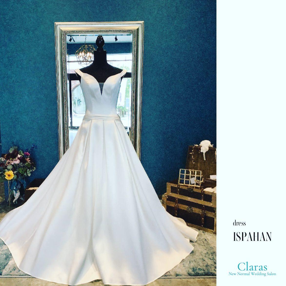 """🕊Claras classical🕊ミカドシルクの光沢が本当に美しい気品溢れるクラシックさが特徴の一着・フロントの深く開いたVカットが、上半身をスッキリと魅せてくれます大人のクラス感高まるドレスはホテルウェディングにもオススメです・""""ISPAHAN""""購入価格:¥360,000・#wedding #weddingdress #instagood #instalike #claras #paris #ウェディングドレス #プレ花嫁 #ドレス試着 #ドレス迷子#2021冬婚 #ヘアメイク #結婚式  #ドレス選び #前撮り #インポートドレス #フォトウェディング #ウェディングヘア  #フォト婚 #ニューノーマル #ブライダルフォト #カップルフォト #ウェディングドレス探し #ウェディングドレス試着 #セルドレス #ドレスショップ  #クラシカルドレス #ホテルウェディング #ミカド"""