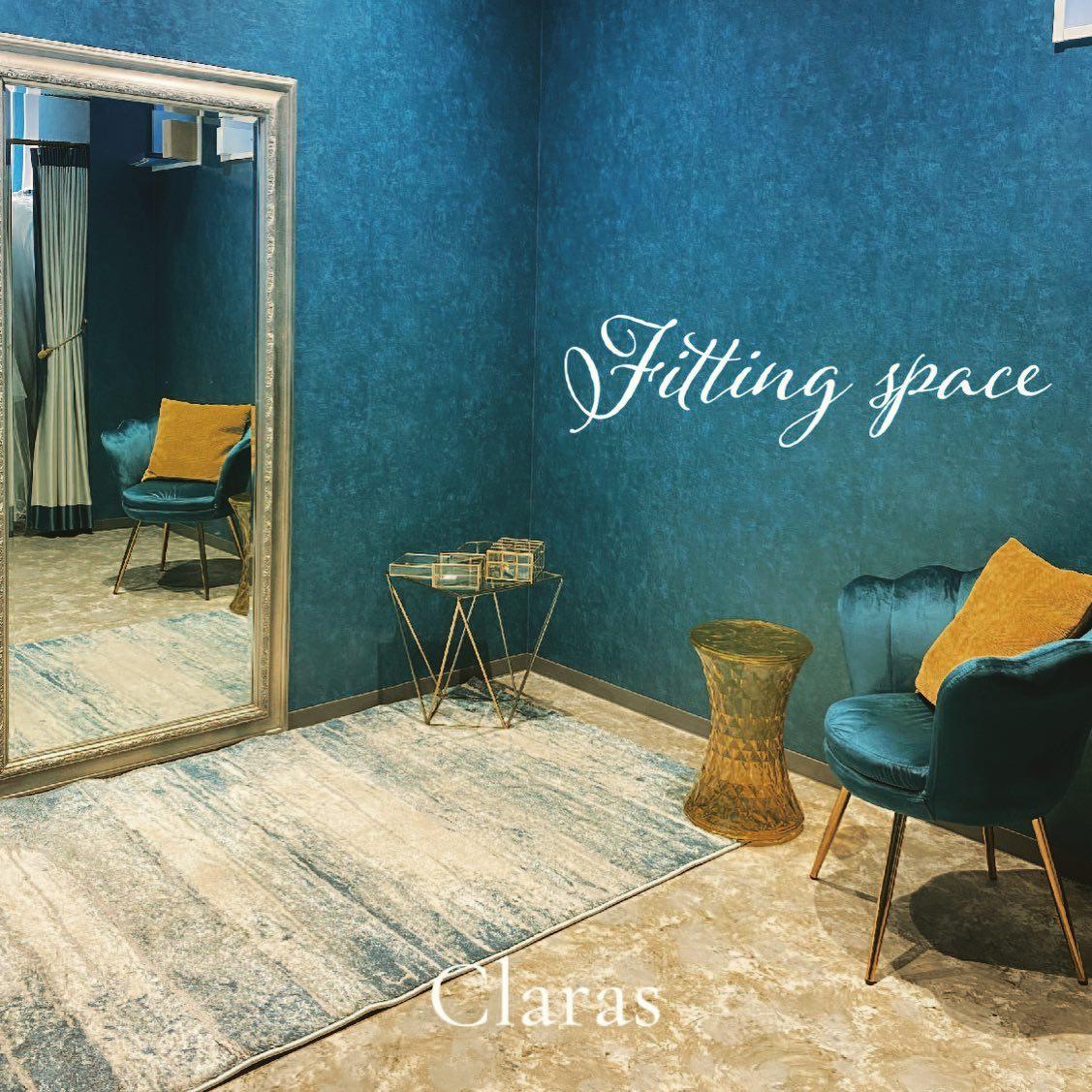 """🕊Claras フィッティングスペース🕊花嫁さまとdressをより美しく見せるとご好評いただいているフィッティングスペースご来店の花嫁さまにはリラックスしてご試着を楽しんでいただけています🤍Claras Blueに包まれながらのご試着ぜひ体験しにいらしてください🕊・インポートドレスを適正価格でお届けするのがClaras・レンタルでは叶わない繊細で上質な素材も、ジャストサイズだから再現できるデザイン美も・Parisに関連会社があるからこそ直輸入での適正価格が叶う・Clarasは1組ずつ貸切でご案内寛ぎながら本当にその方に合った1着へと導きます自分だけのための1着を選びに来てください🤍結婚式やフォトなど迷ってる方でもまずはClarasへ🕊・長年様々なウエディングに携わってきたClarasスタッフより、細かなカウンセリングを行い的確ななご提案をさせていただきますご予約はDMからでも承れます・New Normal Wedding Salon""""Claras""""https://claras.jp/・about """"Claras""""…(ラテン語で、明るい·輝く)As(明日· 未来, フランス語て最高、一番) ・明るく輝く明日(未来) に貢献したいという想いを込めています🕊Fashionの都Parisをはじめ、欧米から選りすぐりのドレスをこれから出逢う花嫁のために取揃えました・2021.3.7 (Sun)NEW OPEN・Dressから始まるWedding Story""""憧れていた Dress選びから始まる結婚準備があったっていい""""・さまざまな新しい「価値」を創造し発信していきますこれからの新しい Wedding の常識を""""Claras """"から🕊・New Normal Wedding Salon【Claras】〒107-0061 東京都港区北青山2-9-14SISTER Bldg 1F(101) 東京メトロ銀座線 外苑前駅3番出ロより徒歩2分Tel:03 6910 5163HP: https://claras.jp営業時間:平日 12:00-18:00 土日祝11:00-18:00(定休日:月・火)・#wedding #weddingdress #instagood #instalike #claras #paris #vowrenewal#ウェディングドレス #プレ花嫁 #ドレス試着 #ドレス迷子 #2021夏婚 #2021冬婚 #ヘアメイク #結婚式  #ドレス選び #前撮り #インポートドレス #フォトウェディング #ウェディングヘア  #フォト婚 #ニューノーマル #ブライダルフォト #カップルフォト #ウェディングドレス探し #ウェディングドレス試着 #セルドレス #ドレスショップ #バウリニューアル #運命のドレス"""