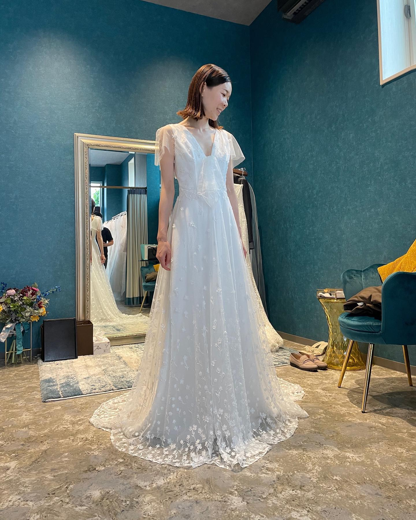 """・先日のご試着のお客様🕊とってもお似合いでした🤍・小花のレースが繊細に広がって可憐な印象のソフトAラインのdress・体を美しく見せるしなやかなラインと胸元のカッティングが、小花の可憐さを甘すぎず表現できていますバックスタイルのくるみボタンもキュンとしてしまいますね・""""JASMIN """"購入価格:¥370.000・#wedding #weddingdress #instagood #instalike #claras #paris #ウェディングドレス #プレ花嫁 #ドレス試着 #ドレス迷子#2021冬婚 #ヘアメイク #結婚式  #ドレス選び #前撮り #インポートドレス #フォトウェディング #ウェディングヘア  #フォト婚 #ニューノーマル #ブライダルフォト #カップルフォト #ウェディングドレス探し #ウェディングドレス試着 #セルドレス #ドレスショップ  #クラシカルドレス #ホテルウェディング #ハワイウェディング"""