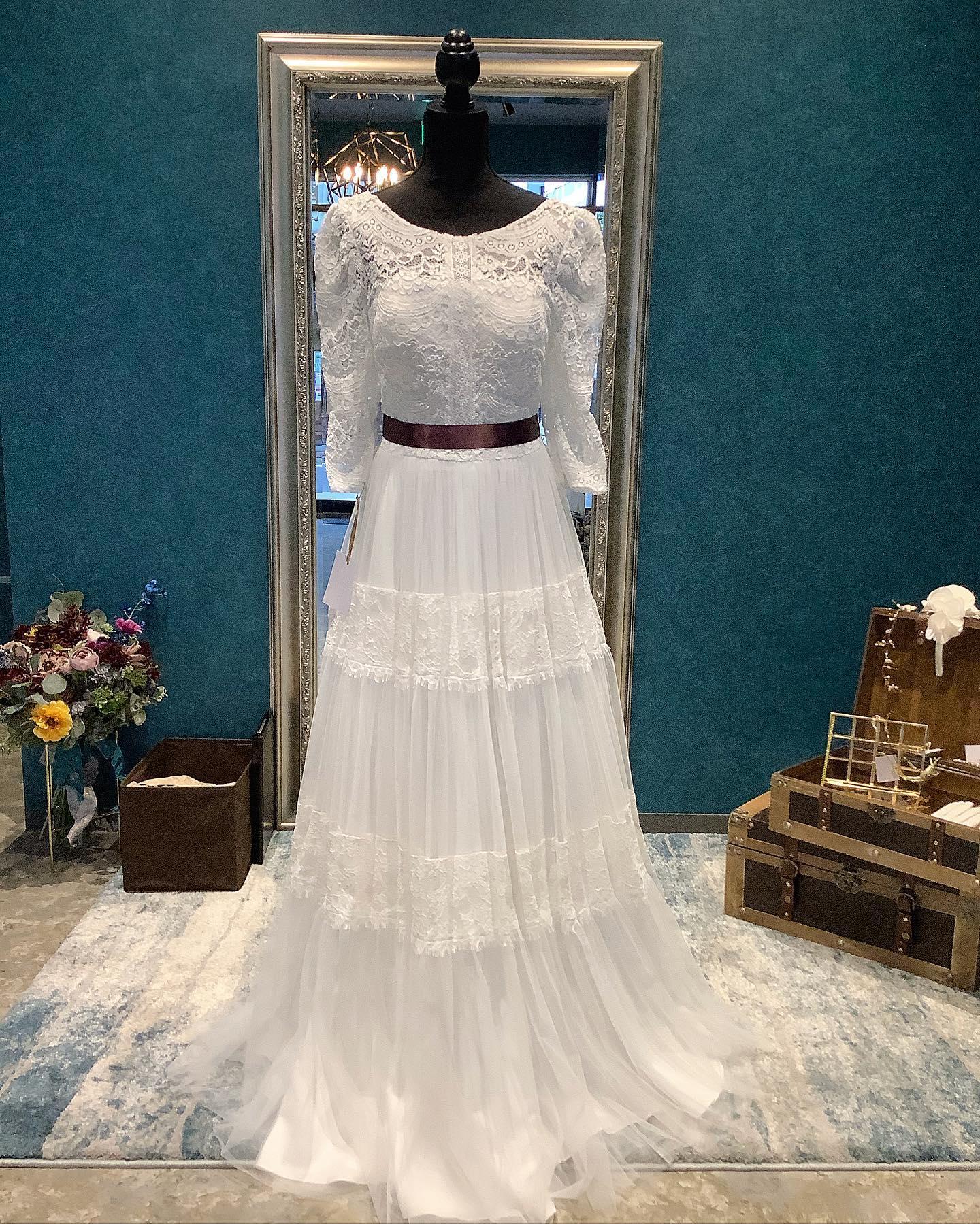 ・クラシカルで気品溢れる印象のロングスリーブドレス🕊・袖付きのドレスのお問い合わせは多くいただきます・ヴィンテージライクなテイストはレストランウェディングやフォトウェディングにもぴったり・バックスタイルはすっきりと美しく素材の柔らかさにも目を奪われますご試着いかがでしょうか・LY08-3948 購入価格:¥240,000・#wedding #weddingdress #claras #ウェディングドレス #プレ花嫁 #ドレス試着#ドレス迷子#2021冬婚 #ヘアメイク #結婚式  #ドレス選び #前撮り #後撮り #フォトウェディング #ウェディングヘア  #フォト婚 #ブライダルフォト #カップルフォト #ウェディングドレス探し #ウェディングドレス試着 #レンタルドレス #ドレスショップ #家族婚 #バウリニューアル #記念日婚 #モニター募集 #ドレス迷子 #プレ花嫁 #ニューノーマル #クララス #ロングスリーブドレス #袖付きドレス