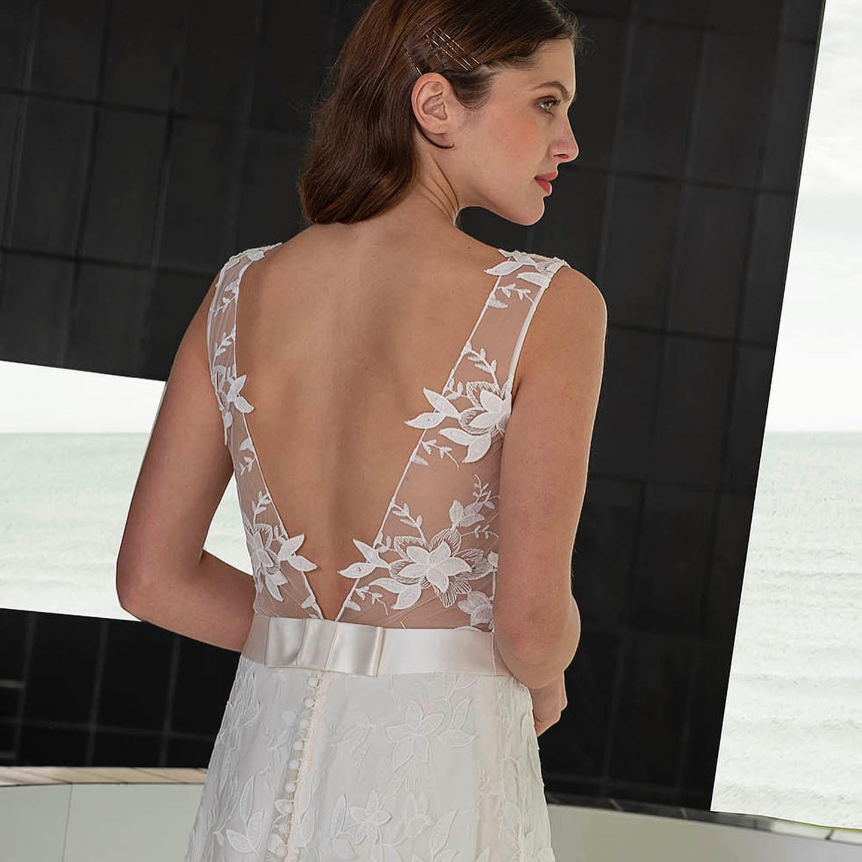 """🕊絵になるドレス🕊・大胆なカッティングのドレスに洗練されたレース柄が絵になるdress🤍ウエストのシルクサテンの大人リボンモチーフが女性らしい印象に存在感ある1着・Cannes ¥380.000・インポートドレスを適正価格でお届けするのがClarasレンタルでは叶わない繊細で上質な素材も、ジャストサイズだから再現できるデザイン美も販売だからこそ叶えていけるParisに関連会社があるからこそ直輸入での適正価格が叶う・Clarasは1組ずつ貸切でご案内寛ぎながら本当にその方に合った1着へと導きます自分だけのための1着を選びに来てください結婚式やフォトなど迷ってる方でもまずはClarasへ長年様々なウエディングに携わってきたClarasスタッフより、細かなカウンセリングを行い的確ななご提案をさせていただきますご予約はDMからでも承れます・New Normal Wedding Salon""""Claras""""https://claras.jp/・about """"Claras""""…(ラテン語で、明るい·輝く)As(明日· 未来, フランス語て最高、一番) ・明るく輝く明日(未来) に貢献したいという想いを込めています🕊Fashionの都Parisをはじめ、欧米から選りすぐりのドレスをこれから出逢う花嫁のために取揃えました・2021.3.7 (Sun)NEW OPEN・Dressから始まるWedding Story""""憧れていた Dress選びから始まる結婚準備があったっていい""""・さまざまな新しい「価値」を創造し発信していきますこれからの新しい Wedding の常識を""""Claras """"から🕊・New Normal Wedding Salon【Claras】〒107-0061 東京都港区北青山2-9-14SISTER Bldg 1F(101) 東京メトロ銀座線 外苑前駅3番出ロより徒歩2分Tel:03 6910 5163HP: https://claras.jp営業時間:平日 12:00-18:00 土日祝11:00-18:00(定休日:月・火)・#wedding #weddingdress #instagood #instalike #claras #paris #vowrenewal#ウェディングドレス #プレ花嫁 #ドレス試着 #ドレス迷子#2021夏婚 #2021冬婚 #ヘアメイク #結婚式  #ドレス選び #前撮り #インポートドレス #フォトウェディング #ウェディングヘア  #フォト婚 #ニューノーマル #ブライダルフォト #カップルフォト #ウェディングドレス探し #ウェディングドレス試着 #セルドレス #ドレスショップ #バウリニューアル #運命のドレス"""