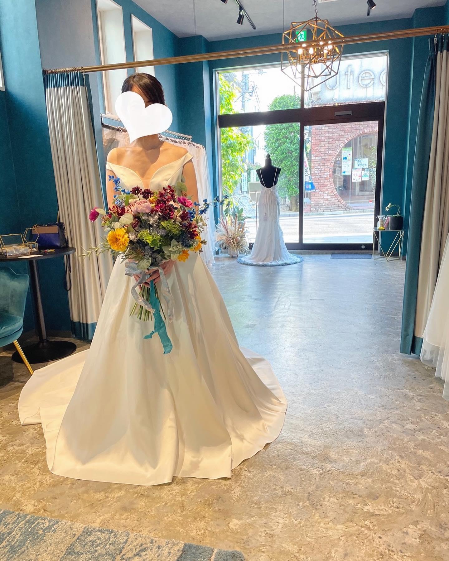 """・本日のご試着のお客様🕊・ミカドシルクの光沢が本当に美しい気品溢れるクラシックさが特徴の一着・フロントの深く開いたVカットが、上半身をスッキリと魅せてくれますバックスタイルのデザインとのギャップも素敵大人のクラス感高まるドレスはご予定されている東京會舘さまにもピッタリです・""""ISPAHAN""""購入価格:¥360,000・#wedding #weddingdress #instagood #instalike #claras #paris #ウェディングドレス #プレ花嫁 #ドレス試着 #ドレス迷子#2021冬婚 #ヘアメイク #結婚式  #ドレス選び #前撮り #インポートドレス #フォトウェディング #ウェディングヘア  #フォト婚 #ニューノーマル #ブライダルフォト #カップルフォト #ウェディングドレス探し #ウェディングドレス試着 #セルドレス #ドレスショップ  #クラシカルドレス #東京會舘 #ミカドシルク"""