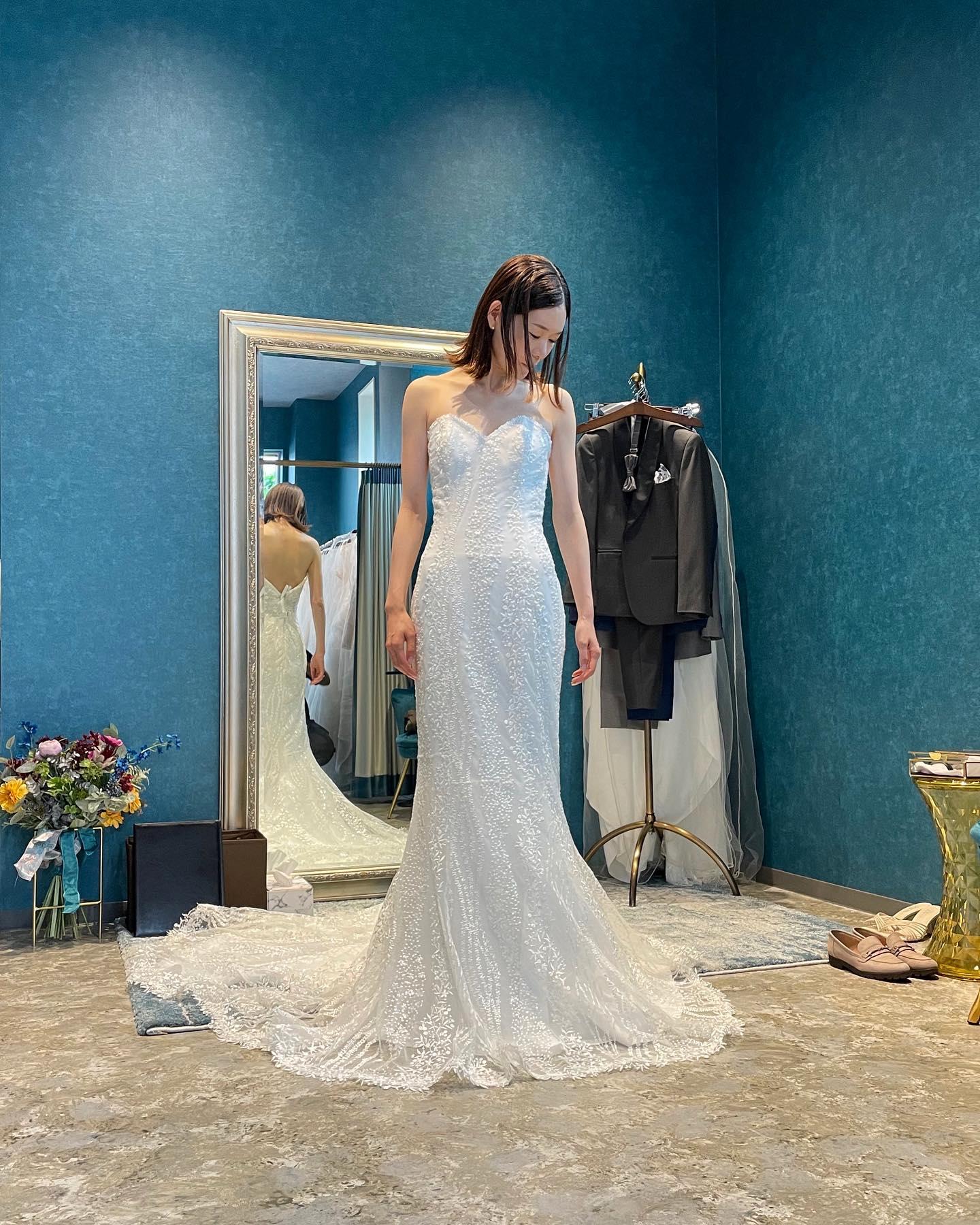 """・先日のご試着のお客様🕊とっても美しく着こなしていただきました・裾まで続く繊細な刺繍とスパンコール…マーメイドラインは、モダンでスタイリッシュなブライズスタイルを叶えます♀️・ゲストの視線を釘付けにするならこの一着で決まり・""""JOLIE""""購入価格¥370,000・#wedding #weddingdress #instagood #instalike #claras #paris #ウェディングドレス #プレ花嫁 #ドレス試着 #ドレス迷子#2021冬婚 #ヘアメイク #結婚式  #ドレス選び #前撮り #インポートドレス #フォトウェディング #ウェディングヘア  #フォト婚 #ニューノーマル #ブライダルフォト #カップルフォト #ウェディングドレス探し #ウェディングドレス試着 #セルドレス #ドレスショップ  #クララス #マーメイドライン"""