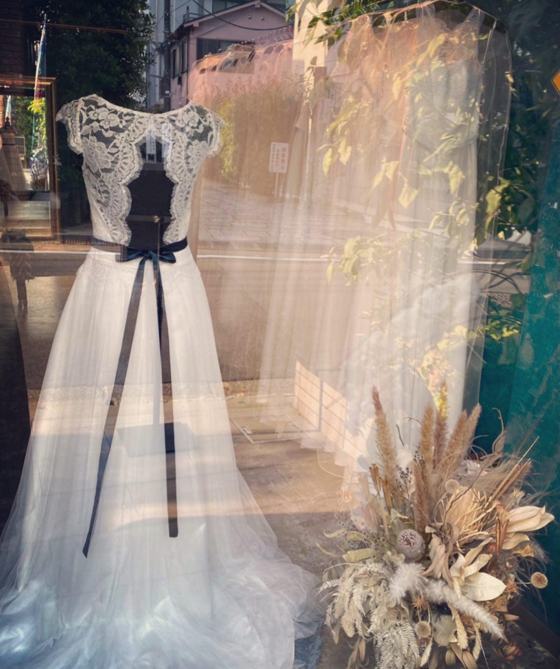 """🕊Claras ショーウィンドウ 🕊バックスタイルも重要なポイント大胆な背中の開きをレースのスカラップが女性らしく魅せます🤍・R.COSY ¥380.000・インポートドレスを適正価格でお届けするのがClaras・レンタルでは叶わない繊細で上質な素材も、ジャストサイズだから再現できるデザイン美も・Parisに関連会社があるからこそ直輸入での適正価格が叶う・Clarasは1組ずつ貸切でご案内寛ぎながら本当にその方に合った1着へと導きます自分だけのための1着を選びに来てください🤍結婚式やフォトなど迷ってる方でもまずはClarasへ🕊・長年様々なウエディングに携わってきたClarasスタッフより、細かなカウンセリングを行い的確ななご提案をさせていただきますご予約はDMからでも承れます・New Normal Wedding Salon""""Claras""""https://claras.jp/・about """"Claras""""…(ラテン語で、明るい·輝く)As(明日· 未来, フランス語て最高、一番) ・明るく輝く明日(未来) に貢献したいという想いを込めています🕊Fashionの都Parisをはじめ、欧米から選りすぐりのドレスをこれから出逢う花嫁のために取揃えました・2021.3.7 (Sun)NEW OPEN・Dressから始まるWedding Story""""憧れていた Dress選びから始まる結婚準備があったっていい""""・さまざまな新しい「価値」を創造し発信していきますこれからの新しい Wedding の常識を""""Claras """"から🕊・New Normal Wedding Salon【Claras】〒107-0061 東京都港区北青山2-9-14SISTER Bldg 1F(101) 東京メトロ銀座線 外苑前駅3番出ロより徒歩2分Tel:03 6910 5163HP: https://claras.jp営業時間:平日 12:00-18:00 土日祝11:00-18:00(定休日:月・火)・#wedding #weddingdress #instagood #instalike #claras #ウェディングドレス #プレ花嫁 #ドレス試着 #ドレス迷子#2021夏婚 #2021冬婚 #ヘアメイク #結婚式  #ドレス選び #前撮り #インポートドレス #フォトウェディング #ウェディングヘア  #フォト婚 #ニューノーマル #ブライダルフォト #カップルフォト #ウェディングドレス探し #ウェディングドレス試着 #セルドレス #ドレスショップ #バウリニューアル #運命のドレス #小顔効果 #スタイルアップ"""