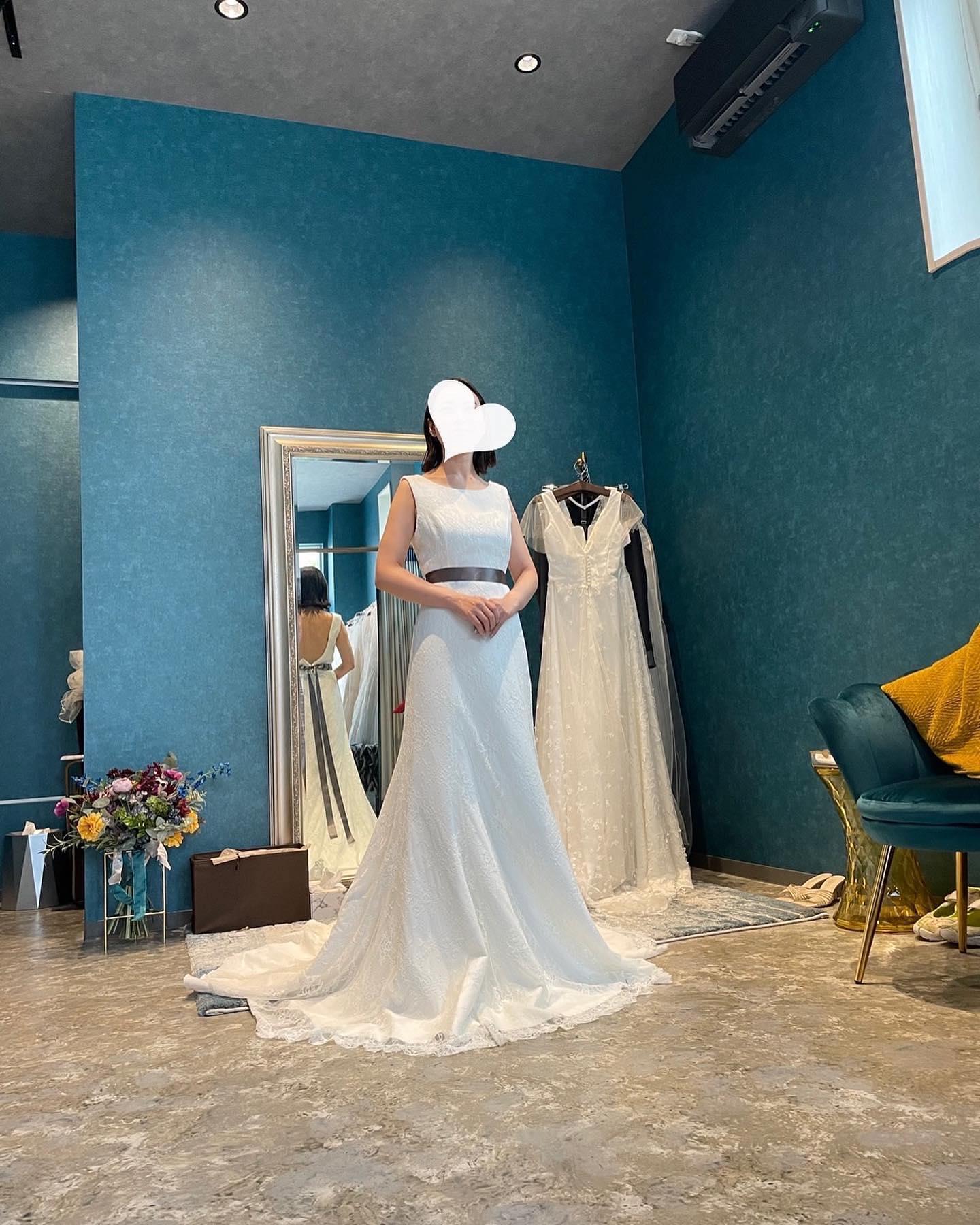 """・先日のご試着のお客様🕊・とっても美人でお洒落なご新婦さま・シンプルな総レースのdress意外とありそうでないデザインです🤍バックスタイルのVカットの背中開きも美しい・少しずつ自分らしく足し算できるdressはコーディネートも楽しめますね・""""ELENA""""購入価格:¥180,000・#wedding #weddingdress #instagood #instalike #claras #paris #acehotel#ウェディングドレス #プレ花嫁 #ドレス試着 #ドレス迷子#2021冬婚 #ヘアメイク #結婚式  #ドレス選び #前撮り #インポートドレス #フォトウェディング #ウェディングヘア  #フォト婚 #ニューノーマル #ブライダルフォト #カップルフォト #ウェディングドレス探し #ウェディングドレス試着 #セルドレス #ドレスショップ  #クラシカルドレス #ホテルウェディング #エースホテル京都"""