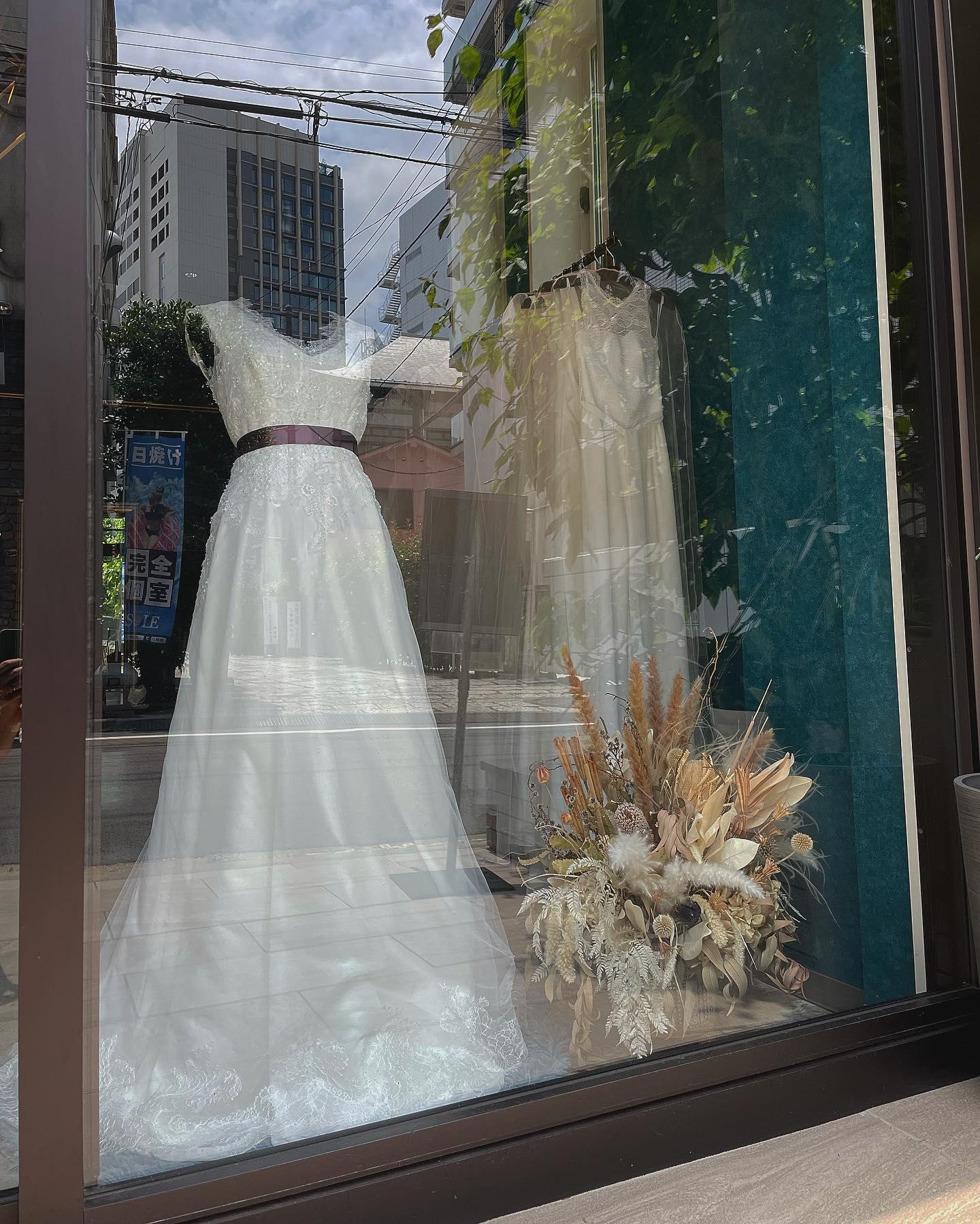 """🕊Claras ショーウィンドウ 🕊・本日はシンプルなVネックのドレスにover dressをレイヤード・ボルドーのサッシュベルトでよりクラス感をプラス・少しずつ自分らしい足し算をして""""なりたい花嫁""""に近付けます♀️・""""DALILA""""購入価格¥160,000""""over dress""""購入価格¥90,000・#wedding #weddingdress #instagood #instalike #claras #ウェディングドレス #プレ花嫁 #ドレス試着 #ドレス迷子#2021夏婚 #2021冬婚 #ヘアメイク #結婚式  #ドレス選び #前撮り #インポートドレス #フォトウェディング #ウェディングヘア  #フォト婚 #ニューノーマル #ブライダルフォト #カップルフォト #ウェディングドレス探し #ウェディングドレス試着 #セルドレス #ドレスショップ #バウリニューアル #運命のドレス #小顔効果 #スタイルアップ"""