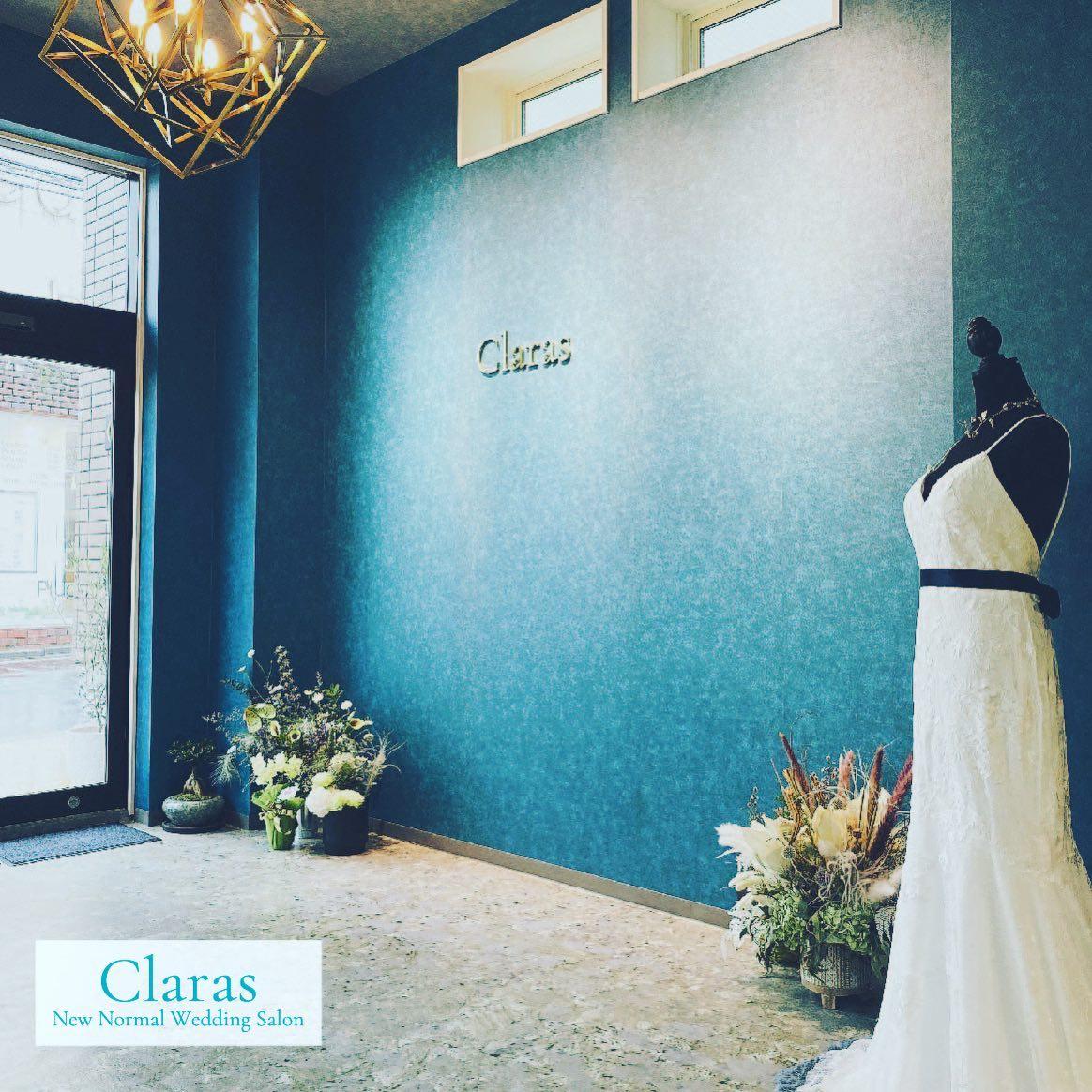 """🕊ご新郎さまにご好評な壁色🕊花嫁さまとドレスが何よりも映えるClaras Blue🤍ご新郎さまもReluxしてお過ごしいただけます・本当のドレス選びの楽しさを感じて欲しい・インポートドレスを適正価格でお届けするのがClaras・レンタルでは叶わない繊細で上質な素材も、ジャストサイズだから再現できるデザイン美も・Parisに関連会社があるからこそ直輸入での適正価格が叶う・Clarasは1組ずつ貸切でご案内寛ぎながら本当にその方に合った1着へと導きます自分だけのための1着を選びに来てください🤍結婚式やフォトなど迷ってる方でもまずはClarasへ🕊・長年様々なウエディングに携わってきたClarasスタッフより、細かなカウンセリングを行い的確ななご提案をさせていただきますご予約はDMからでも承れます・New Normal Wedding Salon""""Claras""""https://claras.jp/・about """"Claras""""…(ラテン語で、明るい·輝く)As(明日· 未来, フランス語て最高、一番) ・明るく輝く明日(未来) に貢献したいという想いを込めています🕊Fashionの都Parisをはじめ、欧米から選りすぐりのドレスをこれから出逢う花嫁のために取揃えました・2021.3.7 (Sun)NEW OPEN・Dressから始まるWedding Story""""憧れていた Dress選びから始まる結婚準備があったっていい""""・さまざまな新しい「価値」を創造し発信していきますこれからの新しい Wedding の常識を""""Claras """"から🕊・New Normal Wedding Salon【Claras】〒107-0061 東京都港区北青山2-9-14SISTER Bldg 1F(101) 東京メトロ銀座線 外苑前駅3番出ロより徒歩2分Tel:03 6910 5163HP: https://claras.jp営業時間:平日 12:00-18:00 土日祝11:00-18:00(定休日:月・火)・#wedding #weddingdress #instagood #instalike #claras #paris #vowrenewal#ウェディングドレス #プレ花嫁 #ドレス試着 #ドレス迷子 #婚約しました #オリジナルウェディング #結婚式  #ドレス選び #前撮り #インポートドレス #フォトウェディング #ウェディングヘア  #フォト婚 #ニューノーマル #ブライダルフォト #プロポーズ待ち#ウェディングドレス探し #ウェディングドレス試着 #セルドレス #ドレスショップ #バウリニューアル #運命のドレス"""