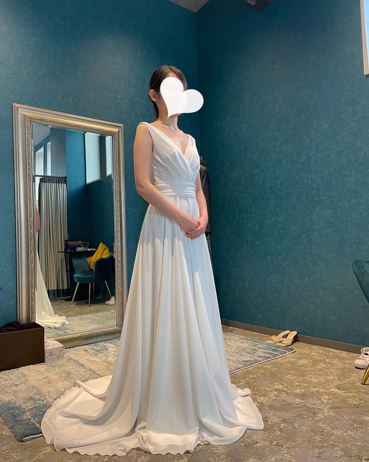 """・先日のご試着のお客様🕊シンプルなVネックのスレンダーに総レースのオーバードレスをレイヤード🤍・一着のドレスをシーンに合わせてアレンジしてみませんか・こちらのdressは近日某雑誌にも掲載される予定です・""""JOHANA """"購入価格:¥280,000""""over dress""""購入価格:¥90,000・#wedding #weddingdress #instagood #instalike #claras #paris #ウェディングドレス #プレ花嫁 #ドレス試着 #ドレス迷子#2021冬婚 #ヘアメイク #結婚式  #ドレス選び #前撮り #インポートドレス #フォトウェディング #ウェディングヘア  #フォト婚 #ニューノーマル #ブライダルフォト #カップルフォト #ウェディングドレス探し #ウェディングドレス試着 #セルドレス #ドレスショップ  #クラシカルドレス #ホテルウェディング #オーバードレス"""