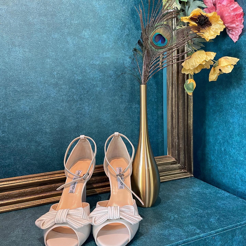 ・最近は履きたいshoesに合わせてdress選びをする方も増えてきました・Clarasはレンタルドレスではこざいませんので、履きたいshoesのヒールの高さに合わせてドレスの丈をお直しできます・こだわりのshoesと自分だけのdressで何度でもweddingを楽しんで🤍・#wedding #weddingdress #claras #ウェディングドレス #プレ花嫁 #ドレス試着#ドレス迷子#2021夏婚 #2021冬婚 #ヘアメイク #結婚式  #ドレス選び #前撮り #後撮り #フォトウェディング #ウェディングヘア  #フォト婚 #ブライダルフォト #カップルフォト #ウェディングドレス探し #ウェディングドレス試着 #レンタルドレス #ドレスショップ #家族婚 #バウリニューアル #記念日婚 #モニター募集 #ドレス迷子 #限定 #プレ花嫁 #ボヘミアンウェディング #ウェディングシューズ