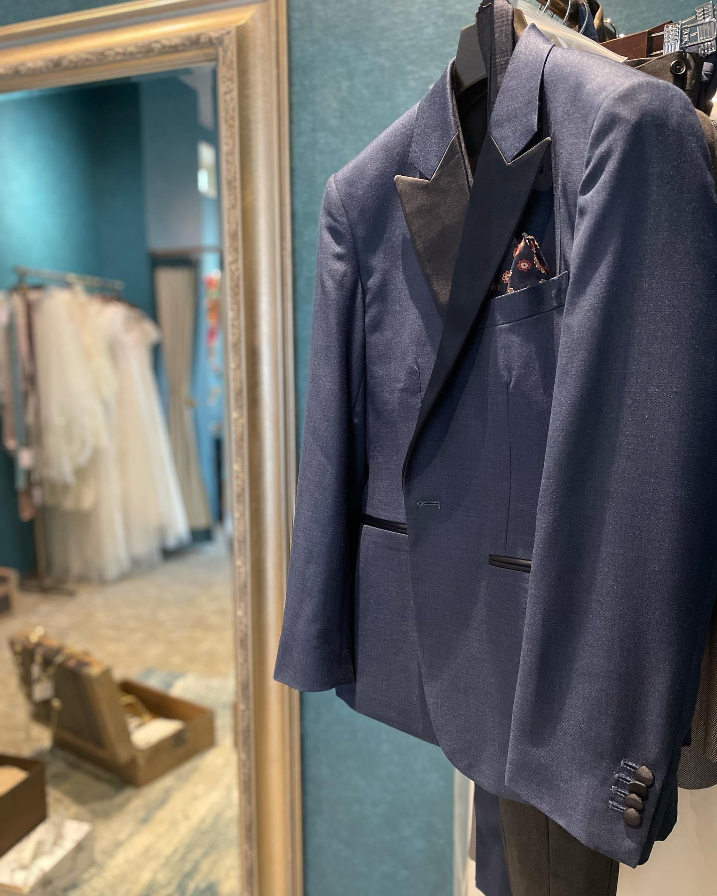 """・Clarasではセミオーダーのタキシードも承れます🤵♂️・ご新婦様がdressを購入ならご新郎様もご一緒にcoordinate🤍お2人揃って初めて完成するスタイリングぜひお気軽にご相談下さいませ・New Normal Wedding Salon""""Claras""""https://claras.jp/・about """"Claras""""…(ラテン語で、明るい·輝く)As(明日· 未来, フランス語て最高、一番) ・明るく輝く明日(未来) に貢献したいという想いを込めています🕊Fashionの都Parisをはじめ、欧米から選りすぐりのドレスをこれから出逢う花嫁のために取揃えました・2021.3.7 (Sun)NEW OPEN・Dressから始まるWedding Story""""憧れていた Dress選びから始まる結婚準備があったっていい""""・さまざまな新しい「価値」を創造し発信していきますこれからの新しい Wedding の常識を""""Claras """"から🕊・New Normal Wedding Salon【Claras】〒107-0061 東京都港区北青山2-9-14SISTER Bldg 1F(101) 東京メトロ銀座線 外苑前駅3番出ロより徒歩2分Tel:03 6910 5163HP: https://claras.jp営業時間:平日 12:00-18:00 土日祝11:00-18:00(定休日:月・火)・#wedding #weddingdress #instagood #instalike #claras #paris #vowrenewal#ウェディングドレス #プレ花嫁 #ドレス試着 #ドレス迷子#2021夏婚 #2021冬婚 #ヘアメイク #結婚式  #インポートドレス #フォトウェディング #ウェディングヘア  #フォト婚 #ニューノーマル #ブライダルフォト #カップルフォト #ウェディングドレス探し #ウェディングドレス試着 #セルドレス #ドレスショップ #バウリニューアル #運命のドレス #セミオーダー #オーダースーツ"""