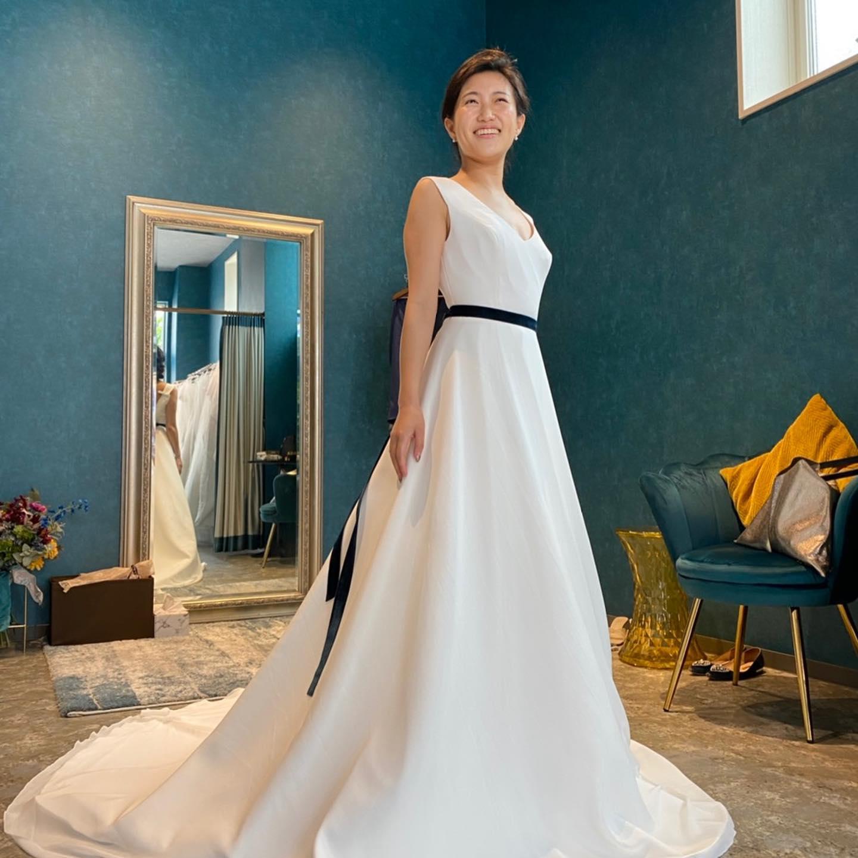 🕊先日のご試着のSさま♡🕊・シンプルだからこそSさまの美しさと上質な素材感が生かされます🤍バランスよい胸元と背中の空き具合が絶妙なお洒落感を醸し出しますスタイルのメリハリとしてサッシュリボンを合わせて・とても姿勢の美しい凛とした美しさが魅力なSさま♡この姿勢の美しさは花嫁のドレス姿を美しくしたいという熱い想いから花嫁専門のヨガサロン@myk_bridalyoga でレッスンを重ねて仕上げた賜物だそうです姿勢や立ち振る舞いが変わるだけで、さらにドレス姿が美しくなると私たちスタッフも感動しました・一点ものの為、ご試着の際はぜひお問い合わせ下さい・DALILA購入価格:¥160.000・#wedding #weddingdress #instagood #instalike #claras #paris #vowrenewal#ウェディングドレス #プレ花嫁 #ドレス試着 #ドレス迷子#2021冬婚 #ヘアメイク #結婚式  #ドレス選び #前撮り #インポートドレス #フォトウェディング #ウェディングヘア  #フォト婚 #ニューノーマル #ブライダルフォト #カップルフォト #ウェディングドレス探し #ウェディングドレス試着 #セルドレス #ドレスショップ #バウリニューアル #試着イベント #婚約しました