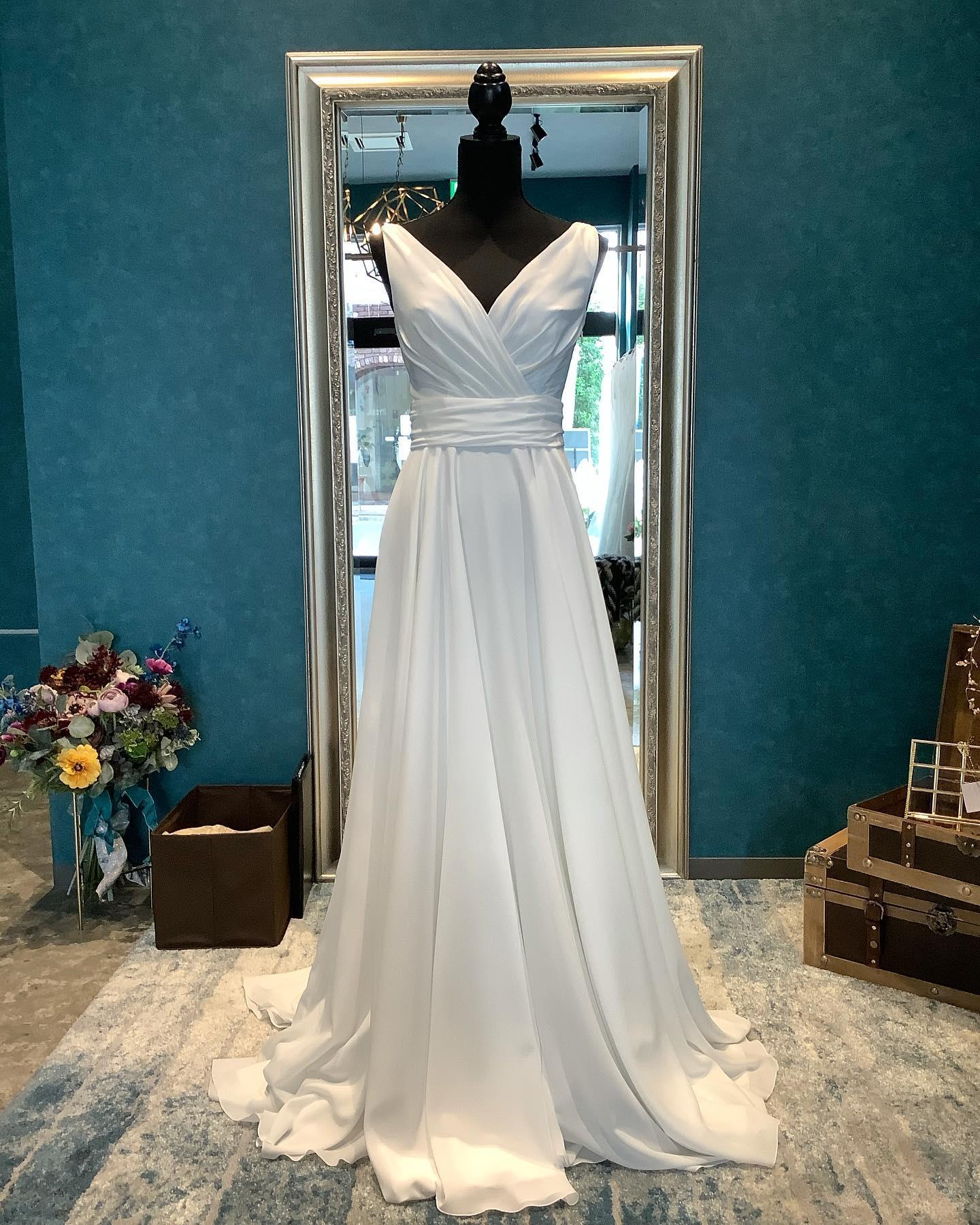 """・先日のエルマリアージュ掲載のドレスです@ellemariage ・シンプルなVネックのスレンダーにビジューが輝くオーバードレスをレイヤード🤍・大好きな一着のドレスを沢山のアレンジで楽しんで・""""JOHANA """"購入価格:¥280,000""""over dress""""購入価格:¥90,000・#wedding #weddingdress #instagood #instalike #claras #paris #ellemariage #ウェディングドレス #プレ花嫁 #ドレス試着 #ドレス迷子#2021冬婚 #ヘアメイク #結婚式  #ドレス選び #前撮り #インポートドレス #フォトウェディング #ウェディングヘア  #フォト婚 #ニューノーマル #ブライダルフォト #カップルフォト #ウェディングドレス探し #ウェディングドレス試着 #セルドレス #ドレスショップ  #エルマリアージュ #オーバードレス"""