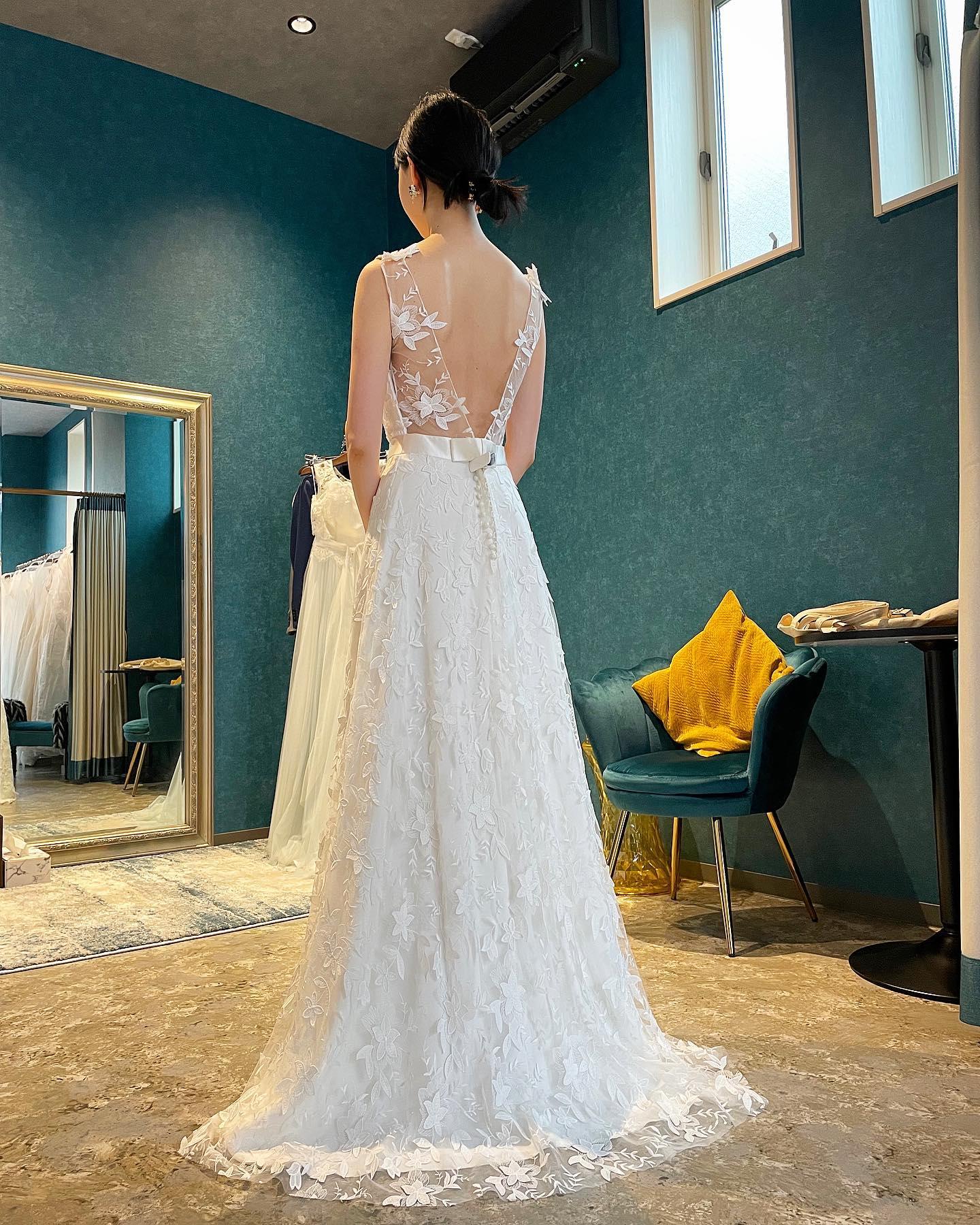 ・先日のご試着のお客様🕊2着目はClarasでも人気のdressをご試着🤍・大胆なカッティングのドレスに洗練されたレース柄が絵になるdress・ウエストのシルクサテンの大人リボンモチーフが女性らしい印象に存在感ある1着です・美しすぎる肩甲骨でバックスタイルまで綺麗に着こなしていただきました・Cannes ¥380.000・#wedding #weddingdress #claras #paris #vowrenewal #aoyama#ウェディングドレス #プレ花嫁 #ドレス試着 #2021夏婚 #2021冬婚 #ヘアメイク #結婚式  #ドレス選び #前撮り #後撮り #フォトウェディング #ウェディングヘア  #フォト婚 #前撮り写真 #ブライダルフォト #カップルフォト #ウェディングドレス探し #ウェディングドレス試着 #レンタルドレス #ドレスショップ #家族婚 #バウリニューアル #記念日婚