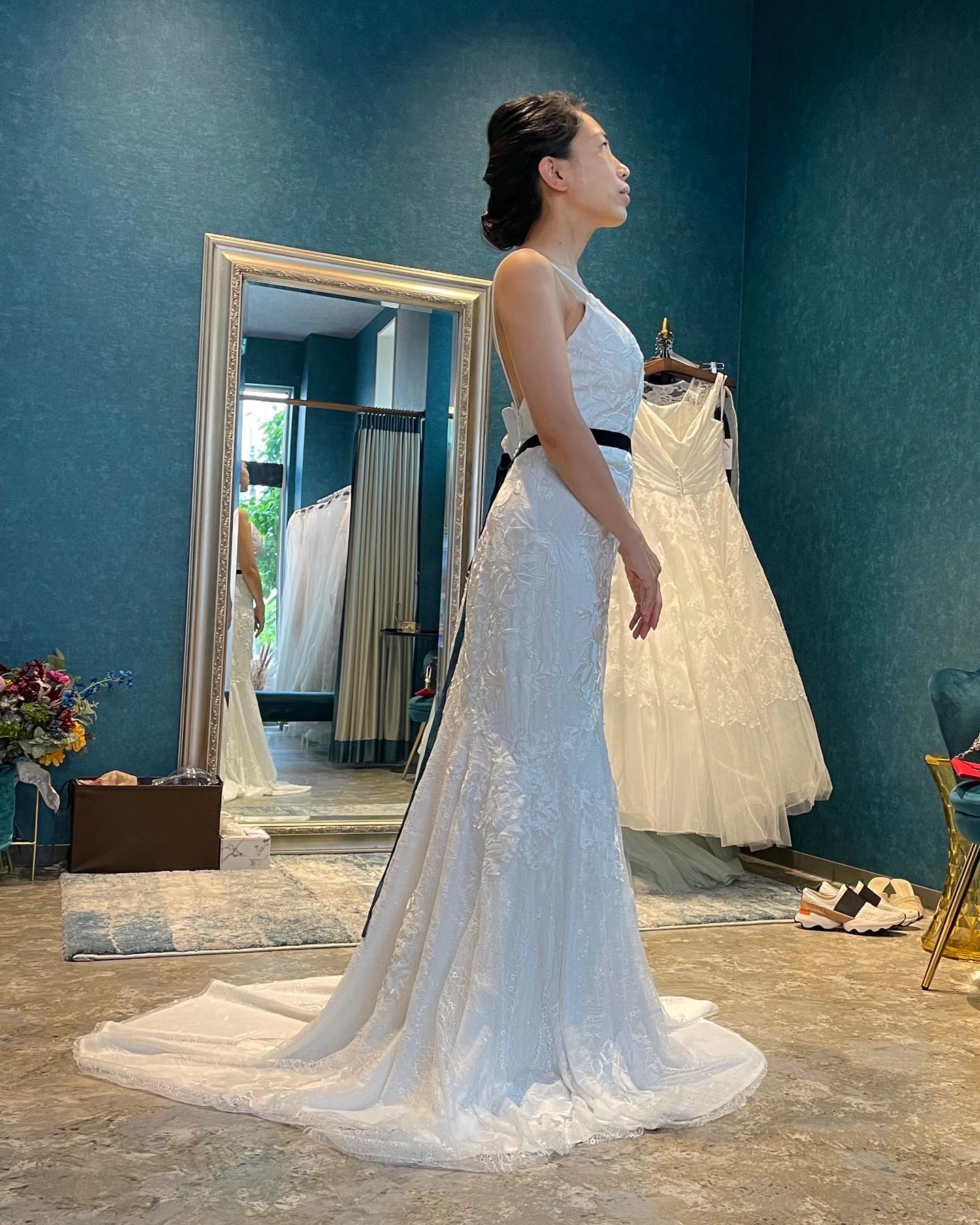 ・先日のご試着のお客様🕊・総レースのソフトマーメイドdress・バストラインと膝下から裾に向かっての美しい曲線が女性美を引き出します🤍・ネイビーのリボンで大人っぽく着こなしていただきました・08-4066購入価格 ¥260.000・#wedding #weddingdress #claras #ウェディングドレス #プレ花嫁 #ドレス試着#ドレス迷子#2021夏婚 #2021冬婚 #ヘアメイク #結婚式  #ドレス選び #前撮り #後撮り #フォトウェディング #ウェディングヘア  #フォト婚 #ブライダルフォト #カップルフォト #ウェディングドレス探し #ウェディングドレス試着 #レンタルドレス #ドレスショップ #家族婚 #バウリニューアル #記念日婚 #モニター募集 #ドレス迷子 #限定 #プレ花嫁 #ボヘミアンウェディング