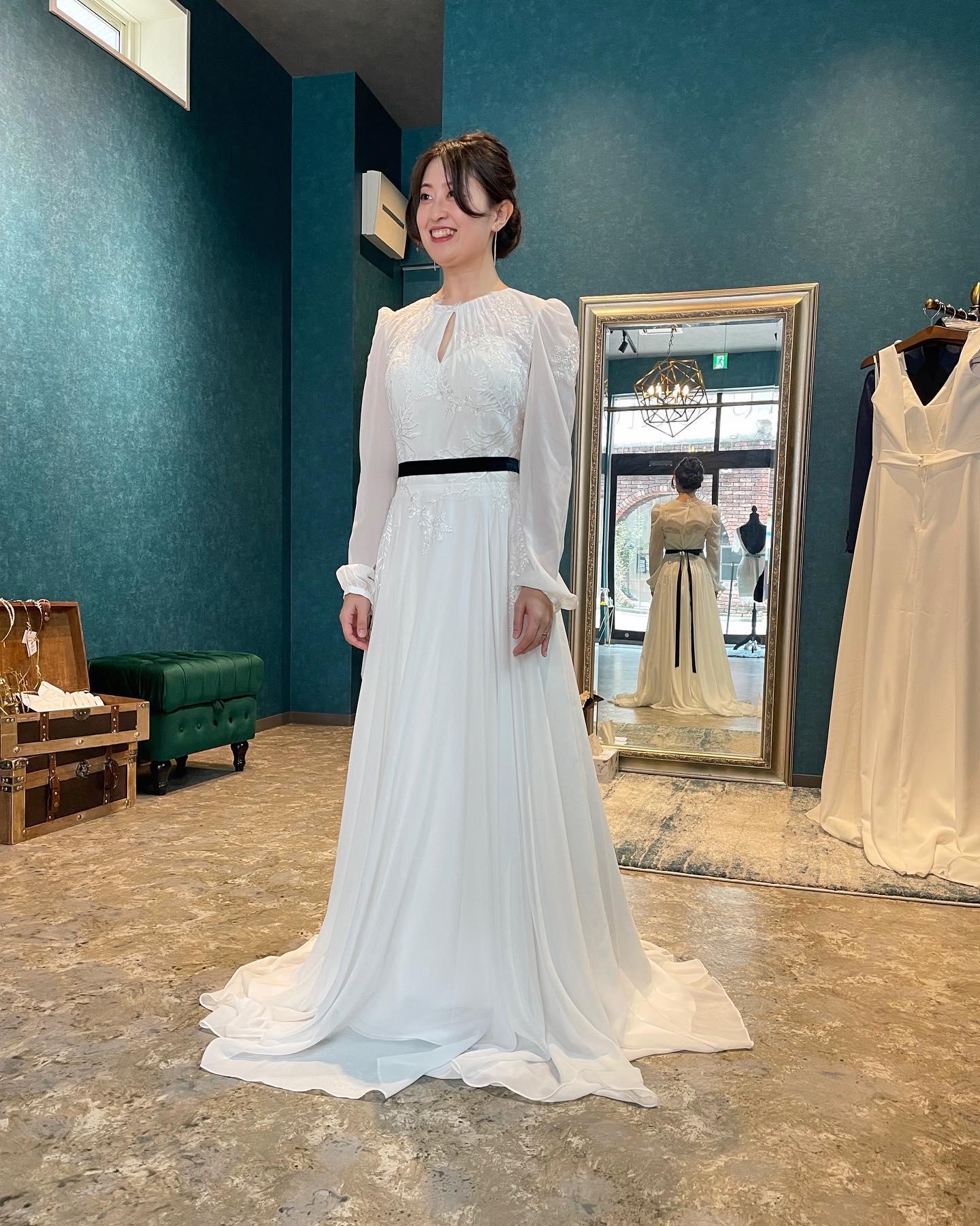 ・本日のご試着のお客様🕊お色直しでもウェディングドレスをご検討中♀️白ドレスは花嫁の特権なのでとても素敵だと思います・Clarasのドレスの中でも珍しいロングスリーブのドレス🤍・重くなりすぎないように素材には軽やかなジョーゼットを使用・胸元と背中の絶妙なスリットがスタイリッシュさをプラスします・08-3929購入価格 ¥170.000・#wedding #weddingdress #claras #ウェディングドレス #プレ花嫁 #ドレス試着#ドレス迷子#2021冬婚 #2022春婚 #ヘアメイク #結婚式  #ドレス選び #前撮り #後撮り #フォトウェディング #ウェディングヘア  #フォト婚 #ブライダルフォト #カップルフォト #ウェディングドレス探し #ウェディングドレス試着 #レンタルドレス #ドレスショップ #家族婚 #バウリニューアル #記念日婚 #モニター募集 #ドレス迷子 #プレ花嫁 #ニューノーマル #クララス #ロングスリーブドレス