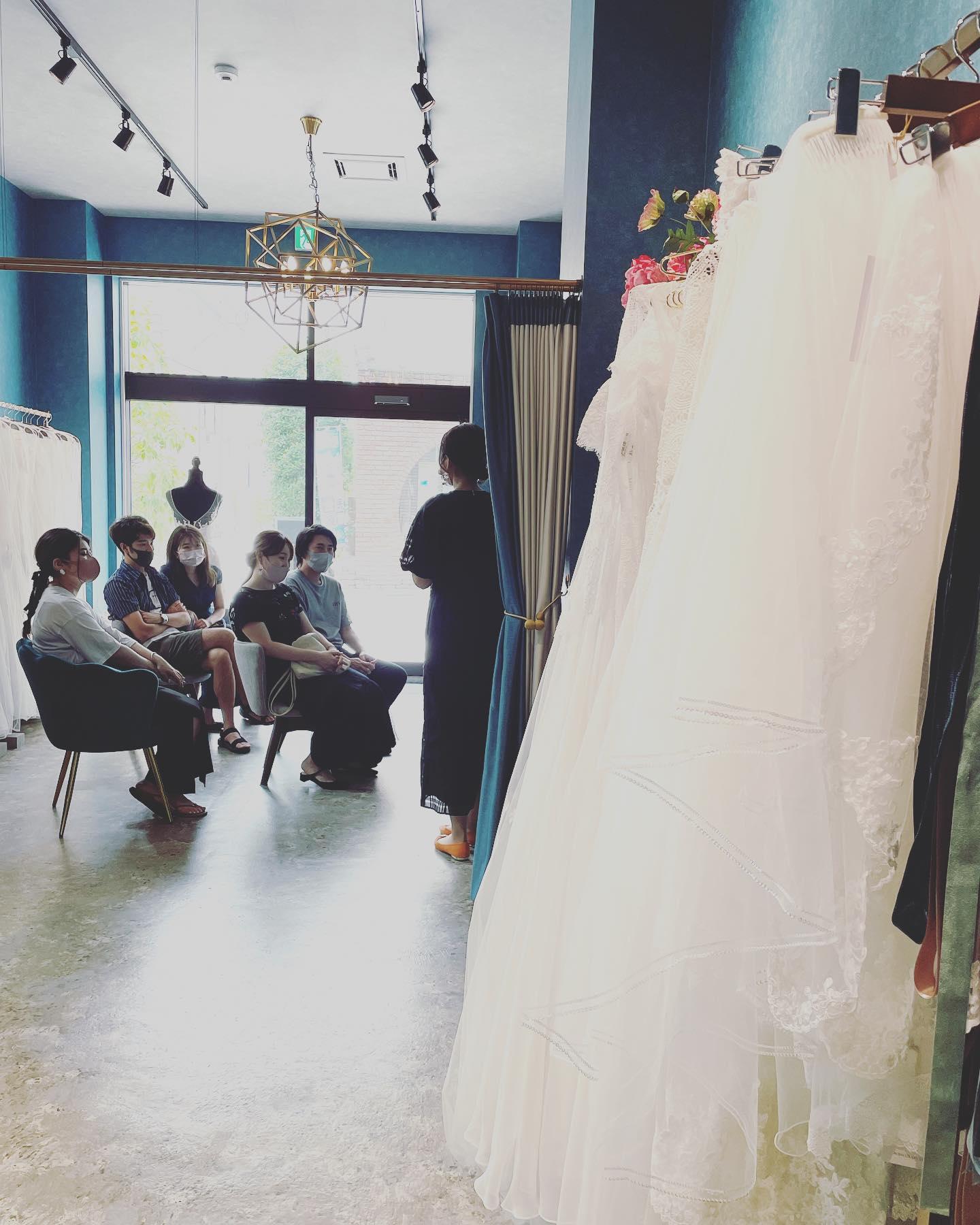 """・今日のclarasは@aya___wedding さま@ogawasatokowedding さま主催の""""花嫁相談会""""eventでした♀️・満員御礼ありがとうございました🕊・相談会の中でドレスのご試着やポートレート撮影の体験も・沢山の可愛い花嫁さまにお会いできて幸せでした🤍・adviser: @aya___wedding @ogawasatokowedding photo: @mapp.photo ・#wedding #weddingdress #claras #ウェディングドレス #プレ花嫁 #ドレス試着#ドレス迷子#2021冬婚 #ヘアメイク #ドレス選び #前撮り #後撮り #フォトウェディング #ウェディングヘア  #フォト婚 #ブライダルフォト #カップルフォト #ウェディングドレス探し #ウェディングドレス試着 #ドレスショップ #家族婚 #バウリニューアル #記念日婚 #モニター募集 #ドレス迷子 #限定 #プレ花嫁 #ニューノーマル #クララス #花嫁相談会 #フリープランナー #ウェディングアドバイザー"""