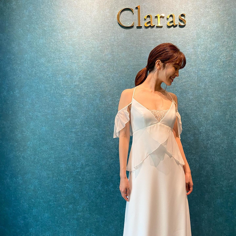 """🕊ドレスReport🕊シルクシフォンの落ち感が美しいドレス・デザイナーのこだわりを感じる袖まわりのデザイン🤍さりげない揺れ感が気になる部分もカバーしてくれます❣️・人と被りたくない方にオススメのdress🕊Ramatuelle ¥320.000(税込)・インポートドレスを適正価格でお届けするのがClarasレンタルでは叶わない繊細で上質な素材も、ジャストサイズだから再現できるデザイン美も販売だからこそ叶えていけるParisに関連会社があるからこそ直輸入での適正価格が叶う・Clarasは1組ずつ貸切でご案内寛ぎながら本当にその方に合った1着へと導きます自分だけのための1着を選びに来てください結婚式やフォトなど迷ってる方でもまずはClarasへ長年様々なウエディングに携わってきたClarasスタッフより、細かなカウンセリングを行い的確ななご提案をさせていただきますご予約はDMからでも承れます・New Normal Wedding Salon""""Claras""""https://claras.jp/・about """"Claras""""…(ラテン語で、明るい·輝く)As(明日· 未来, フランス語て最高、一番) ・明るく輝く明日(未来) に貢献したいという想いを込めています🕊Fashionの都Parisをはじめ、欧米から選りすぐりのドレスをこれから出逢う花嫁のために取揃えました・2021.3.7 (Sun)NEW OPEN・Dressから始まるWedding Story""""憧れていた Dress選びから始まる結婚準備があったっていい""""・さまざまな新しい「価値」を創造し発信していきますこれからの新しい Wedding の常識を""""Claras """"から🕊・New Normal Wedding Salon【Claras】〒107-0061 東京都港区北青山2-9-14SISTER Bldg 1F(101) 東京メトロ銀座線 外苑前駅3番出ロより徒歩2分Tel:03 6910 5163HP: https://claras.jp営業時間:平日 12:00-18:00 土日祝11:00-18:00(定休日:月・火)・#wedding #weddingdress #legeretes #claras #paris #vowrenewal#ウェディングドレス #プレ花嫁 #ドレス試着 #ドレス迷子 #2021冬婚 #ヘアメイク #結婚式  #ドレス選び #前撮り #インポートドレス #フォトウェディング #ウェディングヘア  #フォト婚 #ニューノーマル #ブライダルフォト #カップルフォト #ウェディングドレス探し #ウェディングドレス試着 #セルドレス #ドレスショップ #家族婚 #バウリニューアル #記念日婚 #婚約しました"""