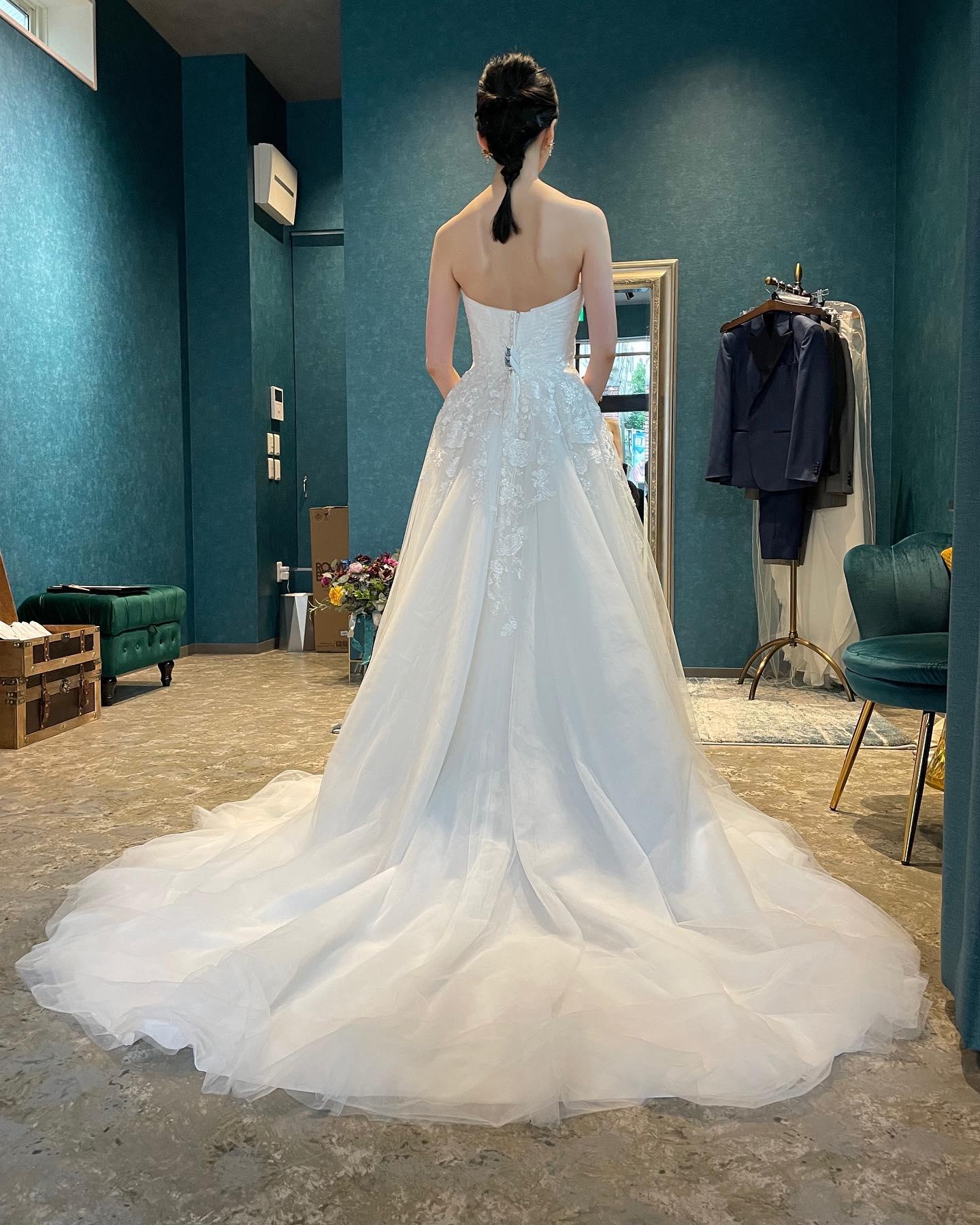 """・先日のご試着のお客様♀️・艶やかなレースとスパンコールが動く度に美しい#Aラインドレス 上品な#ハートカット が上半身をすっきりと見せてくれます🤍トレーンも長く程よいボリューム感で大人可愛さを表現・ご新婦さまの美しいスタイルも生かされてとてもお似合いでした🥰・""""DRAKKAR""""¥320,000・#wedding #weddingdress #claras #paris #vowrenewal #aoyama #spur  #ellemariage #vogue#ウェディングドレス #プレ花嫁 #ドレス試着 #ヘアメイク #結婚式  #ドレス選び #前撮り #フォトウェディング #ゼクシィ #フォト婚 #前撮り写真 #ブライダルフォト #ウェディングドレス探し #ウェディングドレス試着 #レンタルドレス #ドレスショップ  #ドレス迷子"""