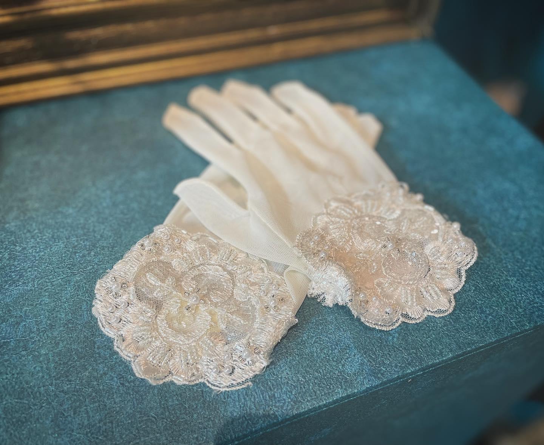 ・ClarasではドレスだけではなくParis直輸入の素敵なグローブもご用意しております🕊・小物も選びもステキ花嫁♀️をつくる重要なpoint・dressとご一緒に真新しいものをご提案しております・DMからもお気軽にお問い合わせ下さい🤍・購入価格:¥9,000・#wedding #weddingdress #claras #paris #vowrenewal #aoyama #elle #ellemariage #ウェディングドレス #プレ花嫁 #ドレス試着 #2021夏婚 #2021冬婚 #ヘアメイク #結婚式  #ドレス選び #前撮り #後撮り #フォトウェディング #ウェディングヘア  #フォト婚 #ブライダルフォト #カップルフォト #ウェディングドレス探し #ウェディングドレス試着 #レンタルドレス #ドレスショップ #家族婚 #バウリニューアル #グローブ