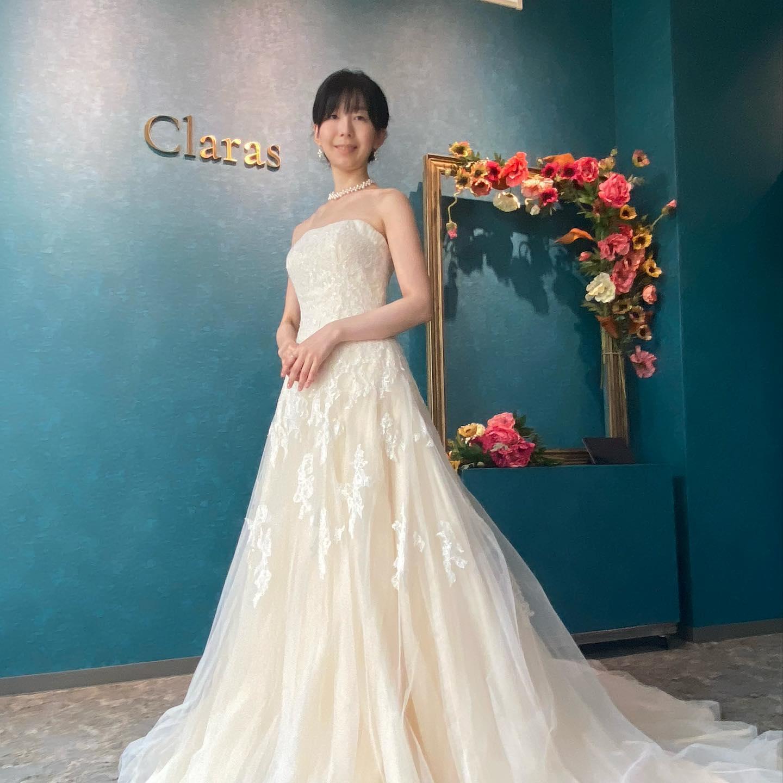 """🕊ジャストサイズの美しさ🕊ご結婚1周年のanniversary撮影のシーンにClarasのドレスを選んでいただきましたスレンダーでスタイル抜群のEさま🤍採寸前の写真(3枚目)ではかなり上身頃がブカブカ丁寧に採寸し綺麗に仕上がりました編み上げのデザインもきちんと活かしすべく、その辺りも計算して仕上げましたEさまサイズに仕上がったドレスは360度どこから見ても美しかったです🤍当日のお写真も楽しみにしています🕊お客様レポートはまた後日・インポートドレスを適正価格でお届けするのがClarasレンタルでは叶わない繊細で上質な素材も、ジャストサイズだから再現できるデザイン美も販売だからこそ叶えていけるクオリティ🤍Parisに関連会社があるからこそ直輸入での適正価格・Clarasは1組ずつ貸切でご案内寛ぎながら本当にその方に合った1着へと導きます🤍自分だけのための1着を選びに来てください❣️結婚式やフォトなど迷ってる方でもまずはClarasへ🕊長年様々なウエディングに携わってきたClarasスタッフより、細かなカウンセリングを行い的確ななご提案をさせていただきますご予約はDMからでも承れます・New Normal Wedding Salon""""Claras""""https://claras.jp/・about """"Claras""""…(ラテン語で、明るい·輝く)As(明日· 未来, フランス語て最高、一番) ・明るく輝く明日(未来) に貢献したいという想いを込めています🕊Fashionの都Parisをはじめ、欧米から選りすぐりのドレスをこれから出逢う花嫁のために取揃えました・2021.3.7 (Sun)NEW OPEN・Dressから始まるWedding Story""""憧れていた Dress選びから始まる結婚準備があったっていい""""・さまざまな新しい「価値」を創造し発信していきますこれからの新しい Wedding の常識を""""Claras """"から🕊・New Normal Wedding Salon【Claras】〒107-0061 東京都港区北青山2-9-14SISTER Bldg 1F(101) 東京メトロ銀座線 外苑前駅3番出ロより徒歩2分Tel:03 6910 5163HP: https://claras.jp営業時間:平日 12:00-18:00 土日祝11:00-18:00(定休日:月・火)・#wedding #weddingdress #legeretes #claras #paris #vowrenewal#ウェディングドレス #プレ花嫁 #ドレス試着 #ドレス迷子 #2021冬婚 #ヘアメイク #結婚式  #ドレス選び #前撮り #インポートドレス #フォトウェディング #ウェディングヘア  #フォト婚 #ニューノーマル #ブライダルフォト #カップルフォト #ウェディングドレス探し #ウェディングドレス試着 #セルドレス #ドレスショップ #家族婚 #バウリニューアル #記念日婚 #婚約しました"""
