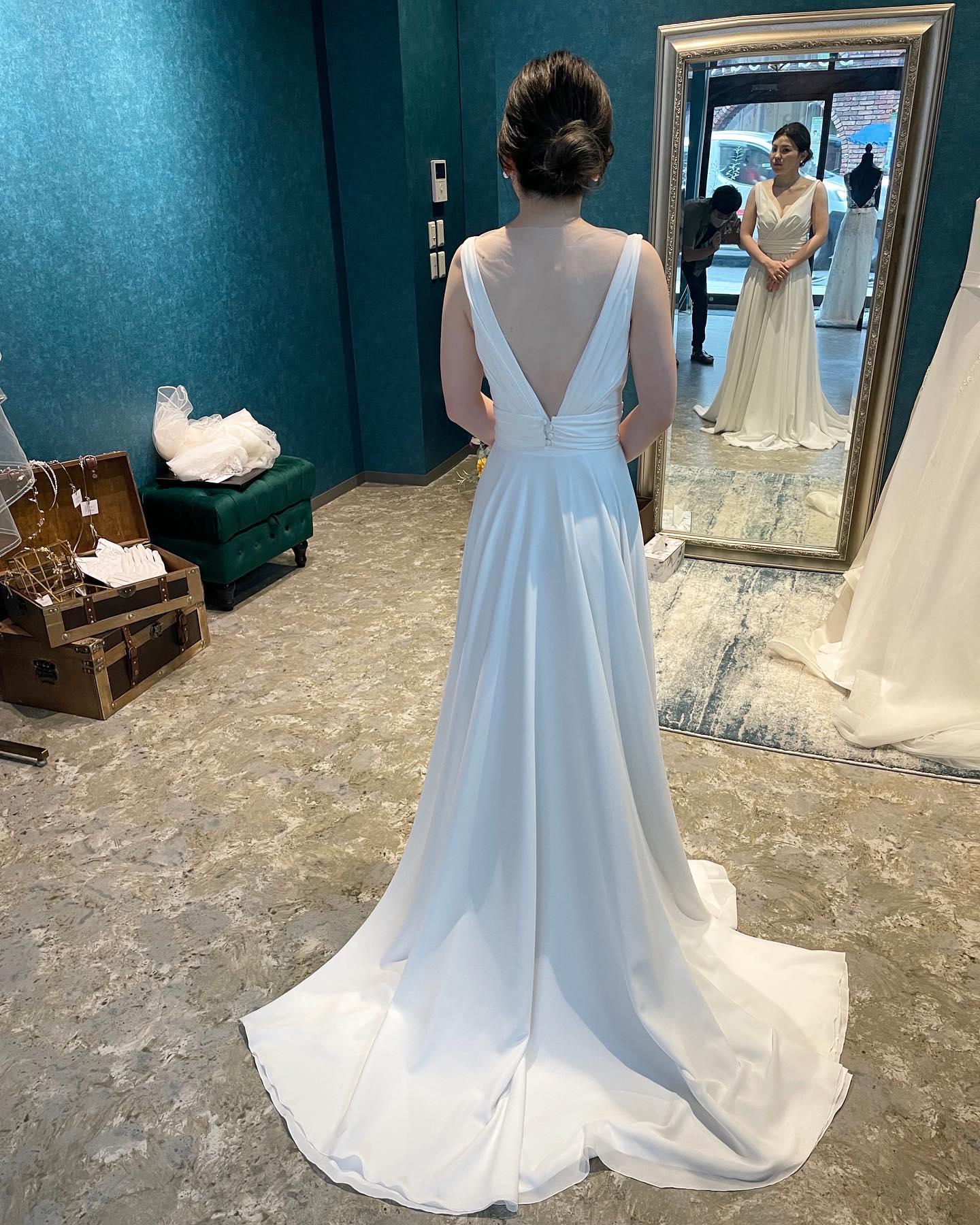 """・先日のご試着のお客様🕊・シンプルなVネックのスレンダーにビジューが輝くオーバードレスをレイヤード🤍・大好きな一着のドレスを沢山のアレンジで楽しんで・""""JOHANA """"購入価格:¥280,000""""over dress""""購入価格:¥90,000・#wedding #weddingdress #instagood #instalike #claras #paris #ellemariage #ウェディングドレス #プレ花嫁 #ドレス試着 #ドレス迷子#2021冬婚 #ヘアメイク #結婚式  #ドレス選び #前撮り #インポートドレス #フォトウェディング #ウェディングヘア  #フォト婚 #ニューノーマル #ブライダルフォト #カップルフォト #ウェディングドレス探し #ウェディングドレス試着 #セルドレス #ドレスショップ  #エルマリアージュ #オーバードレス"""