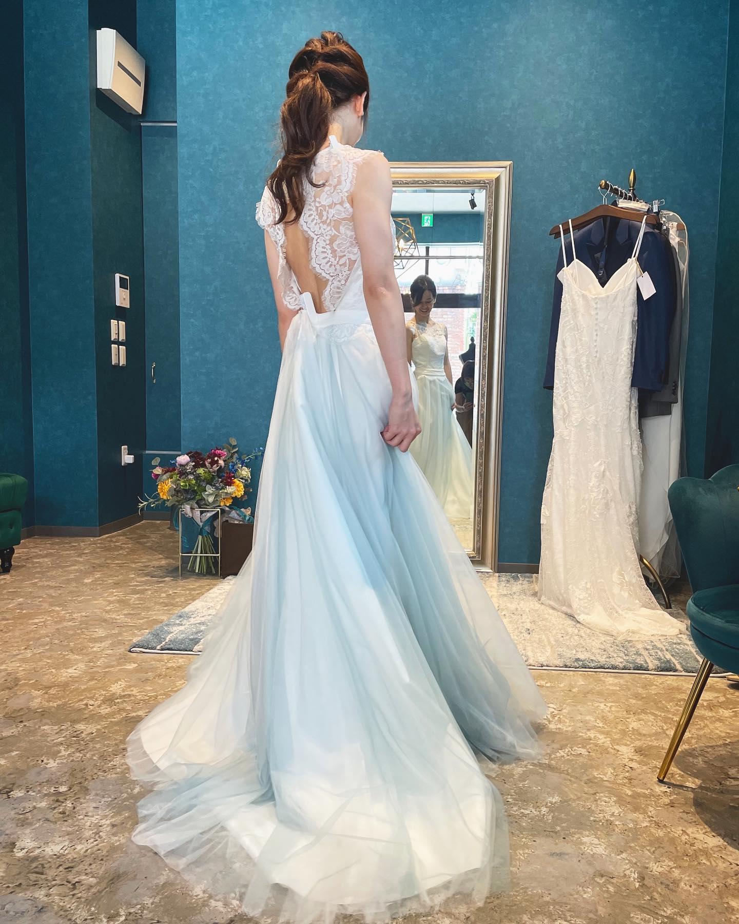 先日のご試着のお客様🕊・一見レースとチュールでガーリーでソフトな印象のドレスですが…愛らしいバックスタイルでゲストの視線を集める魅力的な一着・スカートに薄いブルーのチュールが組み込まれているのも素敵ですフォトウェディングにもピッタリ・動くと更にグラデーションが美しいのです・R.COSY BL購入価格¥380,000・#wedding #weddingdress #claras #paris #vowrenewal #aoyama#ウェディングドレス #プレ花嫁 #ドレス試着 #2021夏婚 #2021冬婚 #ヘアメイク #結婚式  #ドレス選び #前撮り #後撮り #フォトウェディング #ウェディングヘア  #フォト婚 #前撮り写真 #ブライダルフォト #カップルフォト #ウェディングドレス探し #ウェディングドレス試着 #レンタルドレス #ドレスショップ #家族婚 #バウリニューアル #記念日婚