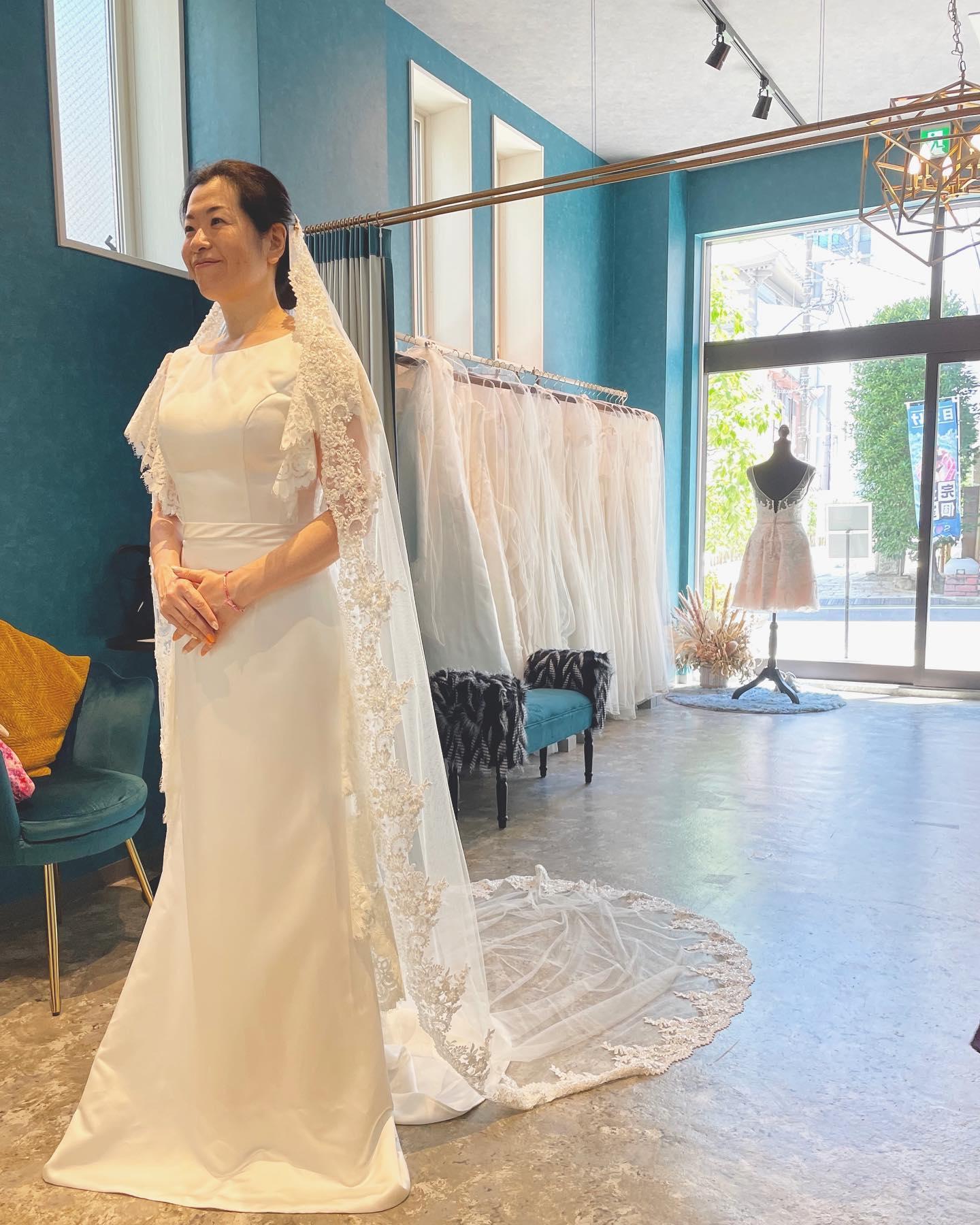 """・先日のご試着のお客様 🕊・レースの使い方がお洒落なサテンドレスサテンというとつい王道なイメージになりがちですが、ソフトスレンダーにデザイン性溢れるレースの施しでスタイリッシュな印象も🤍・デザイン性のあるdressですが、ヴェールをつけるとしっかり花嫁感も♀️・08-3501 ¥160.000・インポートドレスを適正価格でお届けするのがClaras・レンタルでは叶わない繊細で上質な素材も、ジャストサイズだから再現できるデザイン美も・Parisに関連会社があるからこそ直輸入での適正価格が叶う・Clarasは1組ずつ貸切でご案内寛ぎながら本当にその方に合った1着へと導きます自分だけのための1着を選びに来てください🤍結婚式やフォトなど迷ってる方でもまずはClarasへ🕊・長年様々なウエディングに携わってきたClarasスタッフより、細かなカウンセリングを行い的確ななご提案をさせていただきますご予約はDMからでも承れます・New Normal Wedding Salon""""Claras""""https://claras.jp/・about """"Claras""""…(ラテン語で、明るい·輝く)As(明日· 未来, フランス語て最高、一番) ・明るく輝く明日(未来) に貢献したいという想いを込めています🕊Fashionの都Parisをはじめ、欧米から選りすぐりのドレスをこれから出逢う花嫁のために取揃えました・2021.3.7 (Sun)NEW OPEN・Dressから始まるWedding Story""""憧れていた Dress選びから始まる結婚準備があったっていい""""・さまざまな新しい「価値」を創造し発信していきますこれからの新しい Wedding の常識を""""Claras """"から🕊・New Normal Wedding Salon【Claras】〒107-0061 東京都港区北青山2-9-14SISTER Bldg 1F(101) 東京メトロ銀座線 外苑前駅3番出ロより徒歩2分Tel:03 6910 5163HP: https://claras.jp営業時間:平日 12:00-18:00 土日祝11:00-18:00(定休日:月・火)・#wedding #weddingdress #instagood #instalike #claras #ウェディングドレス #プレ花嫁 #ドレス試着 #ドレス迷子#2021夏婚 #2021冬婚 #ヘアメイク #結婚式  #ドレス選び #前撮り #インポートドレス #フォトウェディング #ウェディングヘア  #フォト婚 #ニューノーマル #ブライダルフォト #カップルフォト #ウェディングドレス探し #ウェディングドレス試着 #セルドレス #ドレスショップ #バウリニューアル #運命のドレス #小顔効果 #スタイルアップ"""