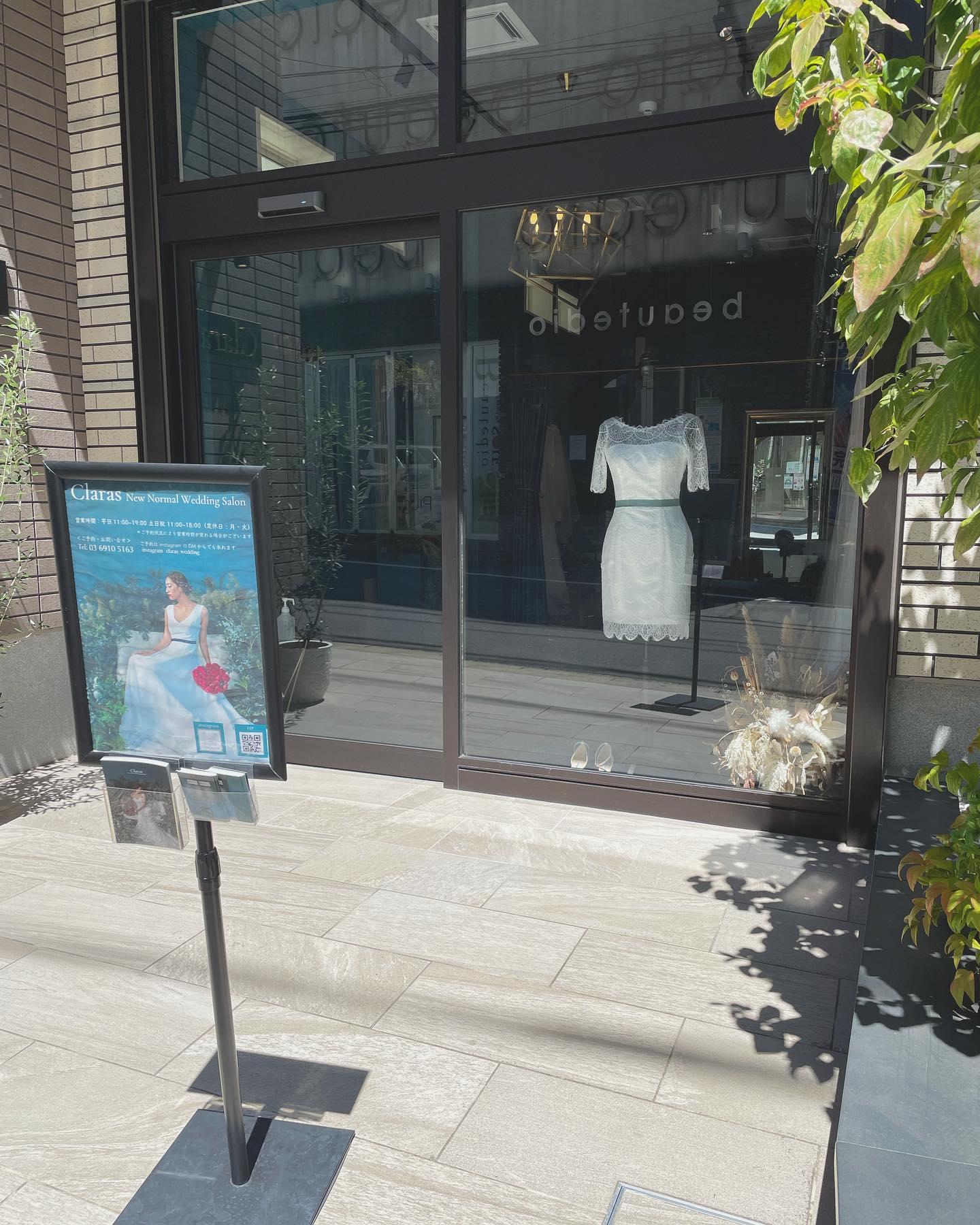 ・🕊Claras ショーウィンドウ🕊・最近人気のミニdress🤍フォトウエディングでスニーカーやお洒落なパンプスと合わせて一味違うスタイリングをしたい方にもオススメ・オーバースカートをレイヤードすると2wayドレスにも・今の時代だからこそ自分だけのスタイリングを楽しんで・購入価格FATALE ¥140,000・#wedding #weddingdress #claras #paris #vowrenewal #aoyama #spur #spurwedding #ウェディングドレス #プレ花嫁 #ドレス試着 #2021夏婚 #2021冬婚 #ヘアメイク #結婚式  #ドレス選び #前撮り #後撮り #フォトウェディング #ウェディングヘア  #フォト婚 #前撮り写真 #ブライダルフォト #カップルフォト #ウェディングドレス探し #ウェディングドレス試着 #レンタルドレス #ドレスショップ#ドレス迷子 #ミニドレス