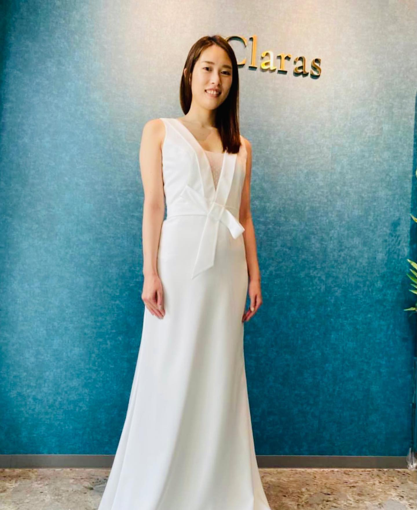 """🕊Ms Noblesse Japan東京ファイナリスト相澤さん🕊今年初めて行われるMs Noblesse Japanの東京大会ファイナリストの相澤さんが遊びに来てくださいました・女性らしく柔らかな印象の中に芯がしっかり通っている強さを持ち備える相澤さん・そんな相澤さんの美しさをさらにひき立たせるような凛としたモダンなドレスを着ていただきました♪・デザイン性の高いドレスも素敵に着こなしていただきました🤍東京大会頑張ってください@ma_na_03 @tokyo.noblesse ・🕊Clarasとは🕊時代とニーズに合ったウエディングドレス選びを・インポートドレスを適正価格でお届けするのがClarasレンタルでは叶わない繊細で上質な素材も、ジャストサイズだから再現できるデザイン美も販売だからこそ叶えていけるクオリティ🤍Parisに関連会社があるからこそ直輸入での適正価格・Clarasは1組ずつ貸切でご案内寛ぎながら本当にその方に合った1着へと導きます🤍自分だけのための1着を選びに来てください❣️結婚式やフォトなど迷ってる方でもまずはClarasへ🕊長年様々なウエディングに携わってきたClarasスタッフより、細かなカウンセリングを行い的確ななご提案をさせていただきますご予約はDMからでも承れます・New Normal Wedding Salon""""Claras""""https://claras.jp/・about """"Claras""""…(ラテン語で、明るい·輝く)As(明日· 未来, フランス語て最高、一番) ・明るく輝く明日(未来) に貢献したいという想いを込めています🕊Fashionの都Parisをはじめ、欧米から選りすぐりのドレスをこれから出逢う花嫁のために取揃えました・2021.3.7 (Sun)NEW OPEN・Dressから始まるWedding Story""""憧れていた Dress選びから始まる結婚準備があったっていい""""・さまざまな新しい「価値」を創造し発信していきますこれからの新しい Wedding の常識を""""Claras """"から🕊・New Normal Wedding Salon【Claras】〒107-0061 東京都港区北青山2-9-14SISTER Bldg 1F(101) 東京メトロ銀座線 外苑前駅3番出ロより徒歩2分Tel:03 6910 5163HP: https://claras.jp営業時間:平日 12:00-18:00 土日祝11:00-18:00(定休日:月・火)・#wedding #weddingdress #lclaras #paris #vowrenewal#ウェディングドレス #プレ花嫁 #ドレス試着 #ドレス迷子 #結婚式  #ドレス選び #前撮り #インポートドレス #フォトウェディング #ウェディングヘア  #フォト婚 #低身長花嫁 #ブライダルフォト #結婚式のチカラ2021 #ウェディングドレス試着 #セルドレス #ドレスショップ #家族婚 #バウリニューアル #記念日婚 #婚約しました #プレ花嫁東京 #ハナユメ #サステナブル #sdgs"""