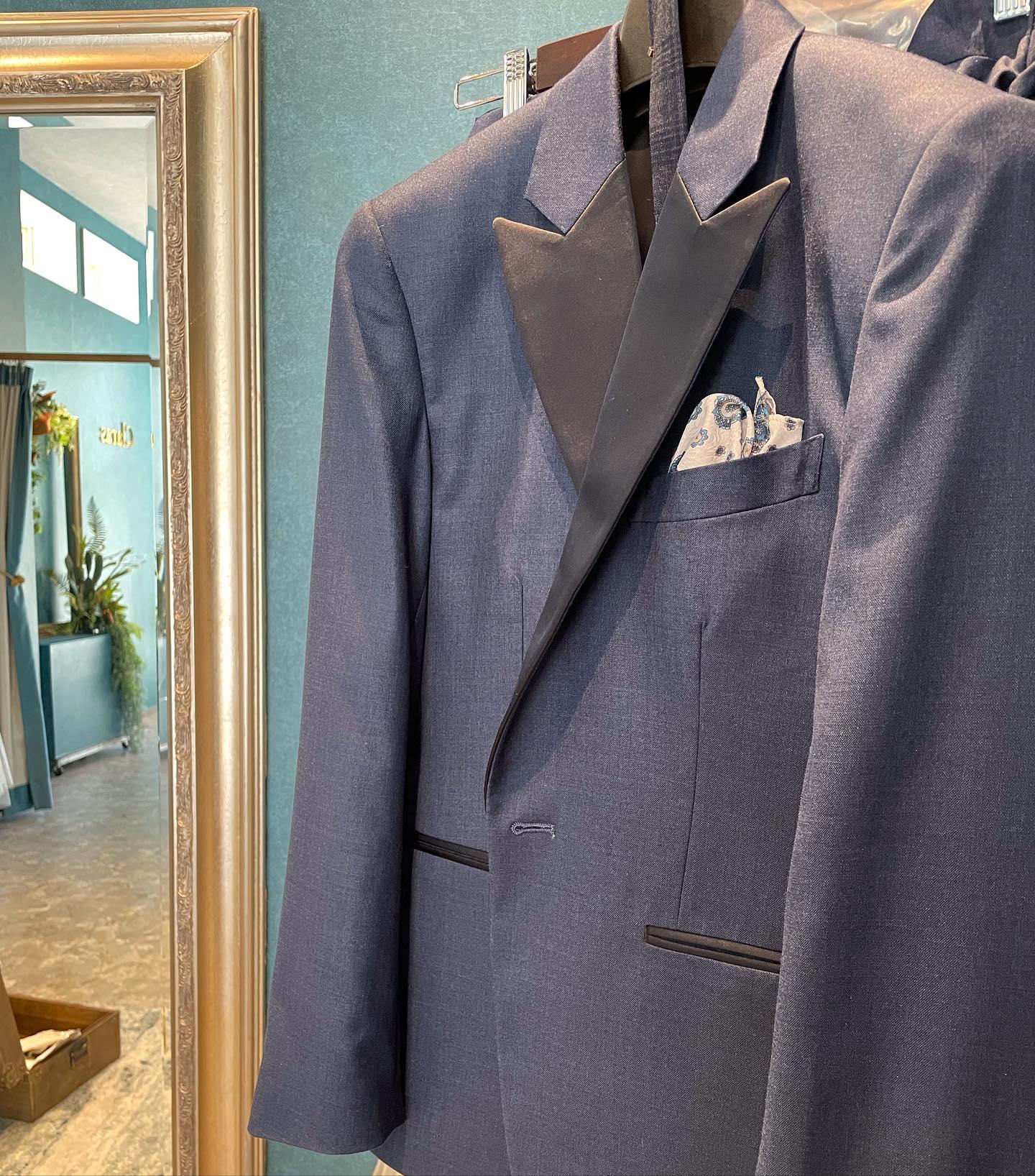 """・Clarasではセミオーダーのタキシードも承れます🤵♂️・ご新婦様がdressを購入ならご新郎様もご一緒にcoordinate🤍お2人揃って初めて完成するスタイリングぜひお気軽にご相談下さいませ・New Normal Wedding Salon""""Claras""""https://claras.jp/・about """"Claras""""…(ラテン語で、明るい·輝く)As(明日· 未来, フランス語て最高、一番) ・明るく輝く明日(未来) に貢献したいという想いを込めています🕊Fashionの都Parisをはじめ、欧米から選りすぐりのドレスをこれから出逢う花嫁のために取揃えました・2021.3.7 (Sun)NEW OPEN・Dressから始まるWedding Story""""憧れていた Dress選びから始まる結婚準備があったっていい""""・さまざまな新しい「価値」を創造し発信していきますこれからの新しい Wedding の常識を""""Claras """"から🕊・New Normal Wedding Salon【Claras】〒107-0061 東京都港区北青山2-9-14SISTER Bldg 1F(101) 東京メトロ銀座線 外苑前駅3番出ロより徒歩2分Tel:03 6910 5163HP: https://claras.jp営業時間:平日 12:00-19:00土日祝11:00-18:00(定休日:月・火)・#wedding #weddingdress #instagood #instalike #claras #paris #vowrenewal#ウェディングドレス #プレ花嫁 #ドレス試着 #ドレス迷子#2021夏婚 #2021冬婚 #ヘアメイク #結婚式  #インポートドレス #フォトウェディング #ウェディングヘア  #フォト婚 #ニューノーマル #ブライダルフォト #カップルフォト #ウェディングドレス探し #ウェディングドレス試着 #セルドレス #ドレスショップ #バウリニューアル #運命のドレス #セミオーダー #オーダースーツ"""
