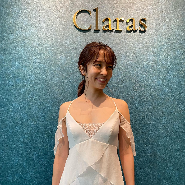 """🕊袖のデザインも豊富🕊ドレス選びの時にイメージするのが全体のシルエット、スカートのラインですよねでも袖やデコルテ周りの印象も重要なポイント・Clarasには様々な袖のデザインが揃っています♪・丁寧に的確にお似合いになるドレスをご提案します🤍︎model︎@mako__sato Special thanks️・🕊Clarasとは🕊時代とニーズに合ったウエディングドレス選びを・インポートドレスを適正価格でお届けするのがClarasレンタルでは叶わない繊細で上質な素材も、ジャストサイズだから再現できるデザイン美も販売だからこそ叶えていけるクオリティ🤍Parisに関連会社があるからこそ直輸入での適正価格・Clarasは1組ずつ貸切でご案内寛ぎながら本当にその方に合った1着へと導きます🤍自分だけのための1着を選びに来てください❣️結婚式やフォトなど迷ってる方でもまずはClarasへ🕊長年様々なウエディングに携わってきたClarasスタッフより、細かなカウンセリングを行い的確ななご提案をさせていただきますご予約はDMからでも承れます・New Normal Wedding Salon""""Claras""""https://claras.jp/・about """"Claras""""…(ラテン語で、明るい·輝く)As(明日· 未来, フランス語て最高、一番) ・明るく輝く明日(未来) に貢献したいという想いを込めています🕊Fashionの都Parisをはじめ、欧米から選りすぐりのドレスをこれから出逢う花嫁のために取揃えました・2021.3.7 (Sun)NEW OPEN・Dressから始まるWedding Story""""憧れていた Dress選びから始まる結婚準備があったっていい""""・さまざまな新しい「価値」を創造し発信していきますこれからの新しい Wedding の常識を""""Claras """"から🕊・New Normal Wedding Salon【Claras】〒107-0061 東京都港区北青山2-9-14SISTER Bldg 1F(101) 東京メトロ銀座線 外苑前駅3番出ロより徒歩2分Tel:03 6910 5163HP: https://claras.jp営業時間:平日 12:00-18:00 土日祝11:00-18:00(定休日:月・火)・#wedding #weddingdress #lclaras #paris #vowrenewal#ウェディングドレス #プレ花嫁 #ドレス試着 #ドレス迷子 #結婚式  #ドレス選び #前撮り #インポートドレス #フォトウェディング #ウェディングヘア  #フォト婚 #低身長花嫁 #ブライダルフォト #結婚式のチカラ2021 #ウェディングドレス試着 #セルドレス #ドレスショップ #家族婚 #バウリニューアル #記念日婚 #婚約しました #プレ花嫁東京 #ハナユメ #サステナブル #sdgs"""