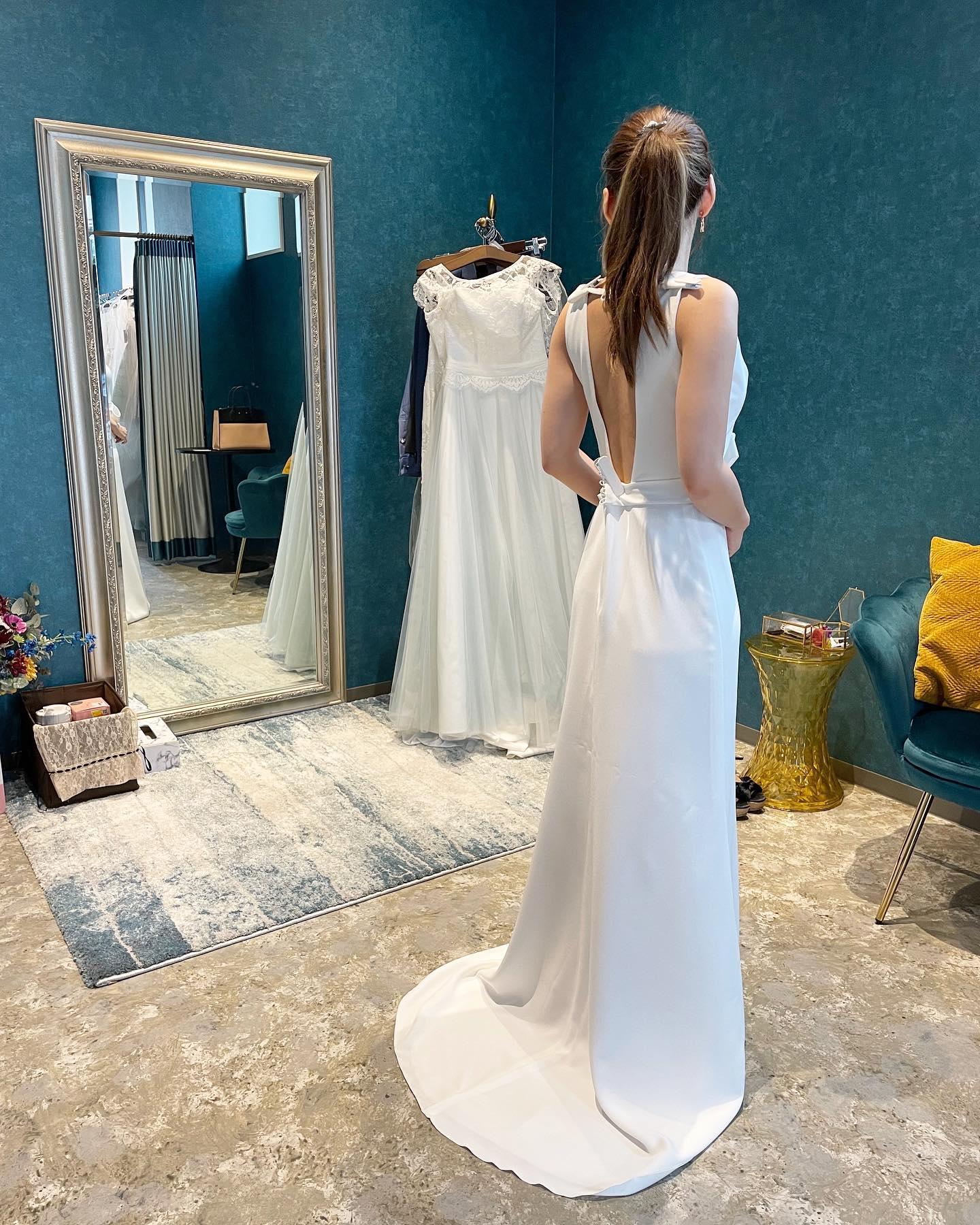 ・先日のご試着のお客様🕊・深く開いたVネックに甘くなりすぎないアシンメトリーなリボンが個性を感じさせてくれる一着・胸元の透け感が女性らしさとヘルシーな着こなしを演出してくれますそれでいてバックコンシャスなdress・ご試着いかがでしょうか・PORTOVECCHIO20購入価格:¥320,000・#wedding #weddingdress #claras #ウェディングドレス #プレ花嫁 #ドレス試着#ドレス迷子#2021冬婚 #ヘアメイク #ドレス選び #前撮り #後撮り #フォトウェディング #ウェディングヘア  #フォト婚 #ブライダルフォト #カップルフォト #ウェディングドレス探し #ウェディングドレス試着 #ドレスショップ #家族婚 #バウリニューアル #記念日婚 #モニター募集 #ドレス迷子 #限定 #プレ花嫁 #ボヘミアンウェディング #ニューノーマル #クララス
