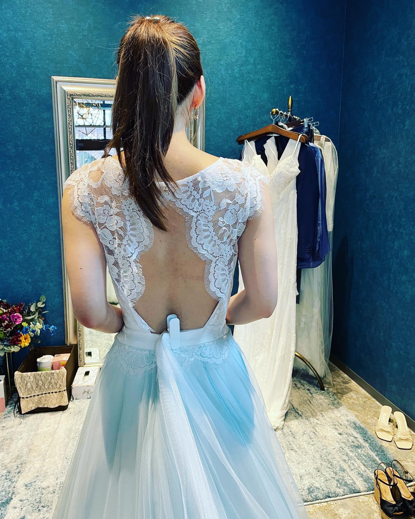 先日のご試着のお客様🕊・一見レースとチュールでガーリーでソフトな印象のドレスですが…愛らしいバックスタイルでゲストの視線を集める魅力的な一着・スカートに薄いブルーのチュールが組み込まれているのも素敵ですフォトウェディングにもピッタリ・ご試着いかがでしょうか・R.COSY BL購入価格¥380,000・#wedding #weddingdress #claras #paris #vowrenewal #aoyama#ウェディングドレス #プレ花嫁 #ドレス試着 #2021夏婚 #2021冬婚 #ヘアメイク #結婚式  #ドレス選び #前撮り #後撮り #フォトウェディング #ウェディングヘア  #フォト婚 #前撮り写真 #ブライダルフォト #カップルフォト #ウェディングドレス探し #ウェディングドレス試着 #レンタルドレス #ドレスショップ #家族婚 #バウリニューアル #記念日婚