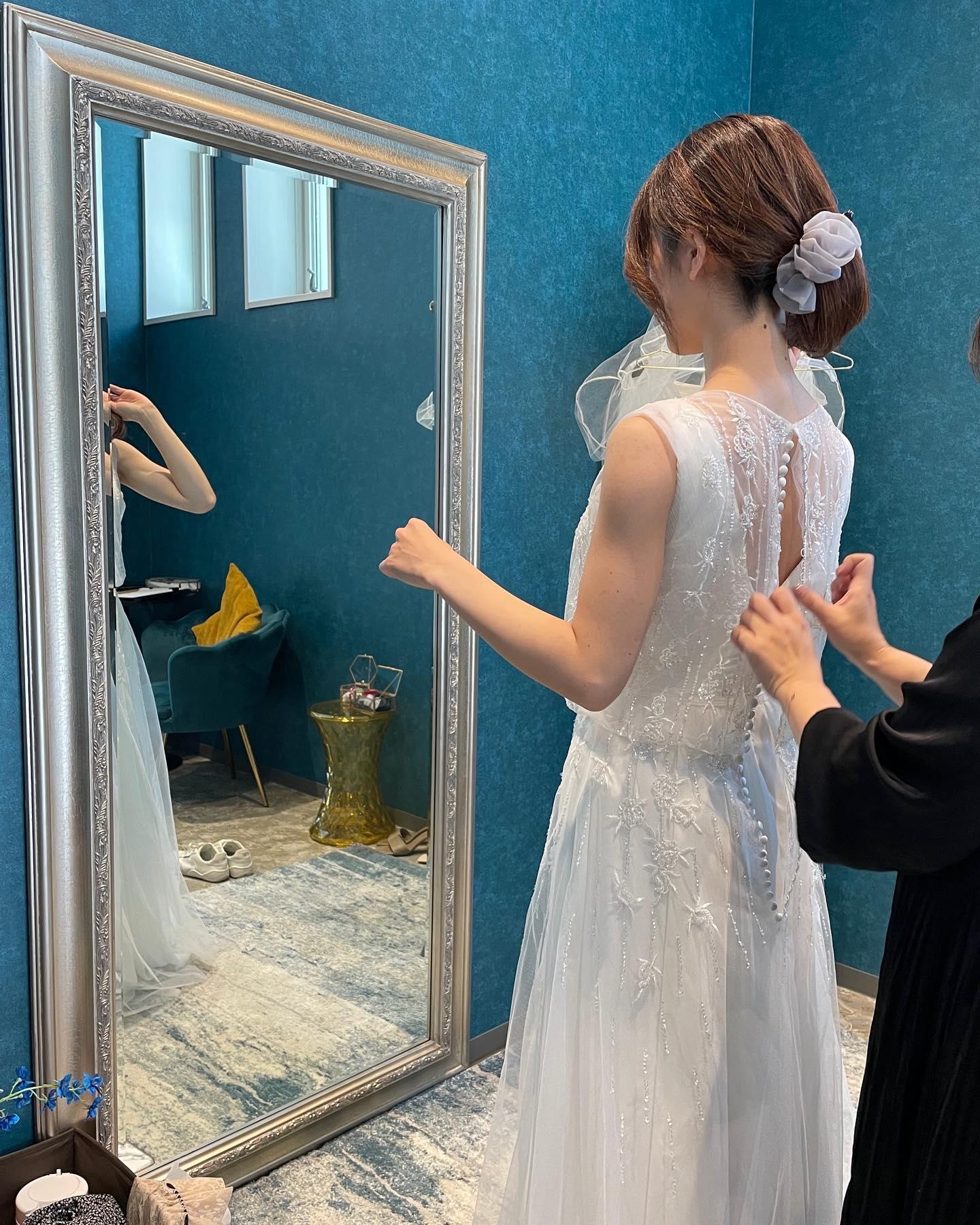 """・先日のご試着のお客様🕊・お持ちのdressにビジューが輝くオーバードレスをレイヤード🤍・一着のドレスを沢山のアレンジで楽しんで・""""over dress""""購入価格:¥90,000・#wedding #weddingdress #instagood #instalike #claras #paris #ellemariage #ウェディングドレス #プレ花嫁 #ドレス試着 #ドレス迷子#2021冬婚 #ヘアメイク #結婚式  #ドレス選び #前撮り #インポートドレス #フォトウェディング #ウェディングヘア  #フォト婚 #ニューノーマル #ブライダルフォト #カップルフォト #ウェディングドレス探し #ウェディングドレス試着 #セルドレス #ドレスショップ  #エルマリアージュ #オーバードレス"""
